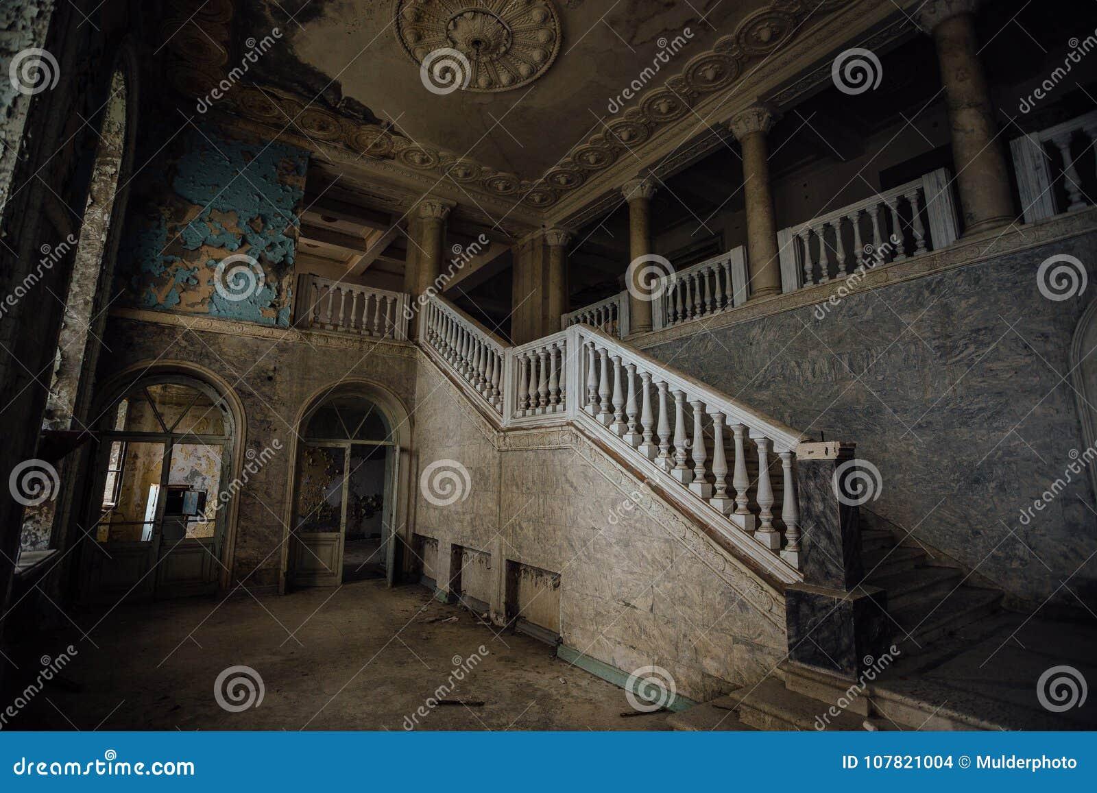 Wśrodku starego przerażającego zaniechanego dworu Schody i kolumnada