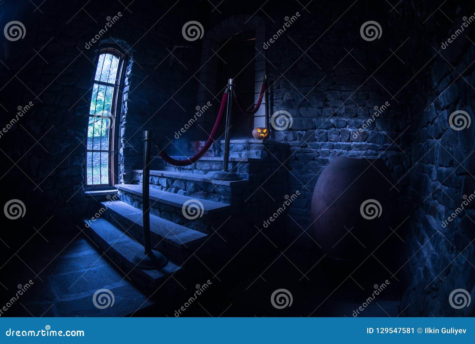 Wśrodku starego przerażającego zaniechanego dworu Schody i kolumnada Halloweenowa bania na zmroku kasztelu schodkach piwnica