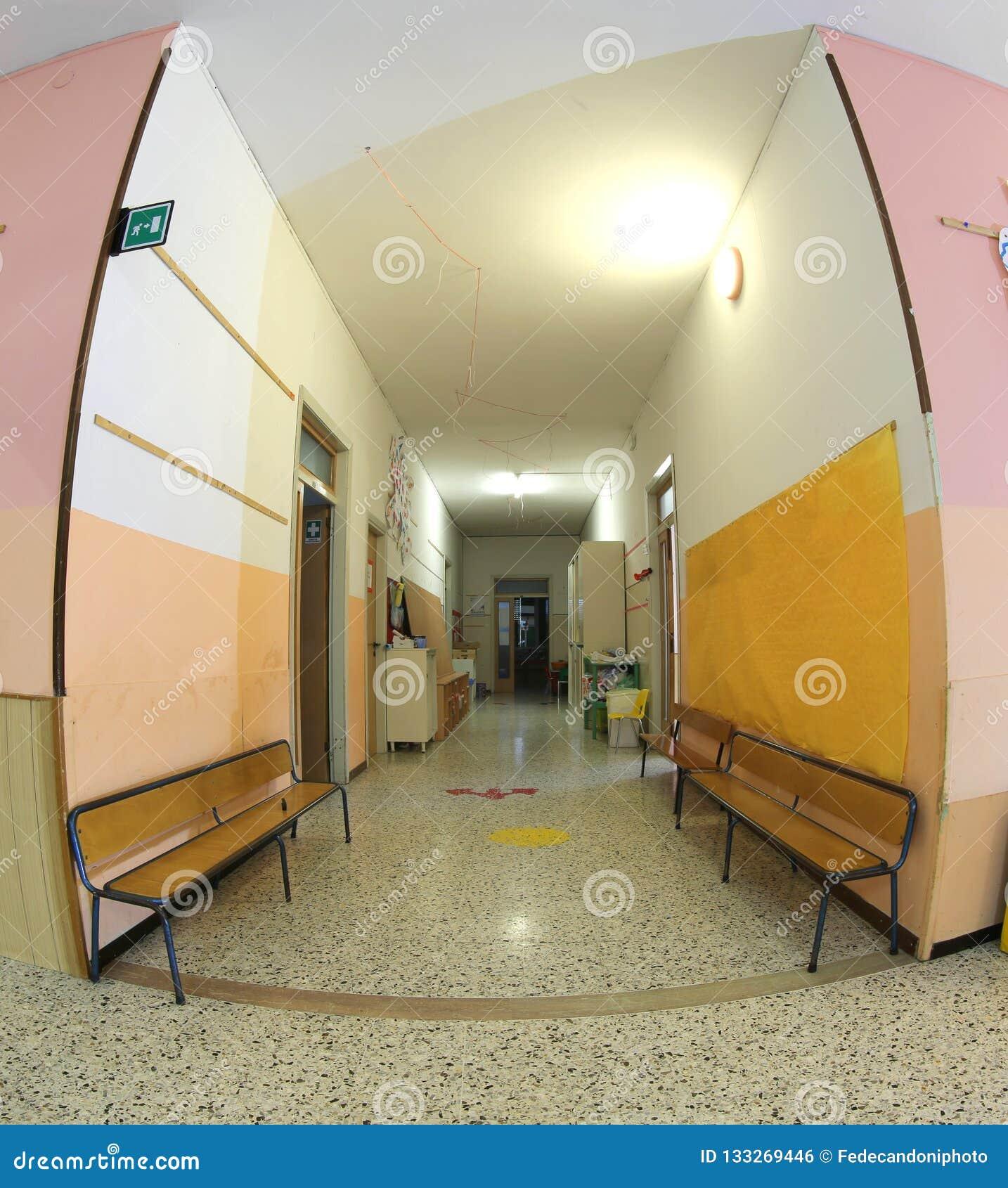 Wśrodku szkolnej sali przedszkole bez dzieci