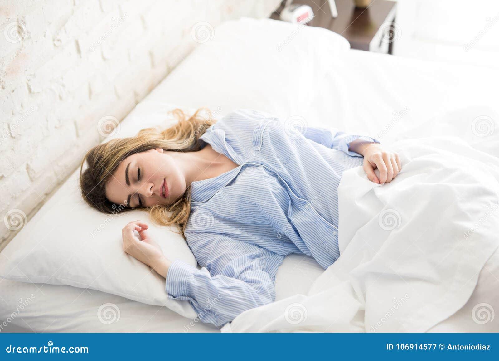 W łóżku pokojowo kobiety dosypianie