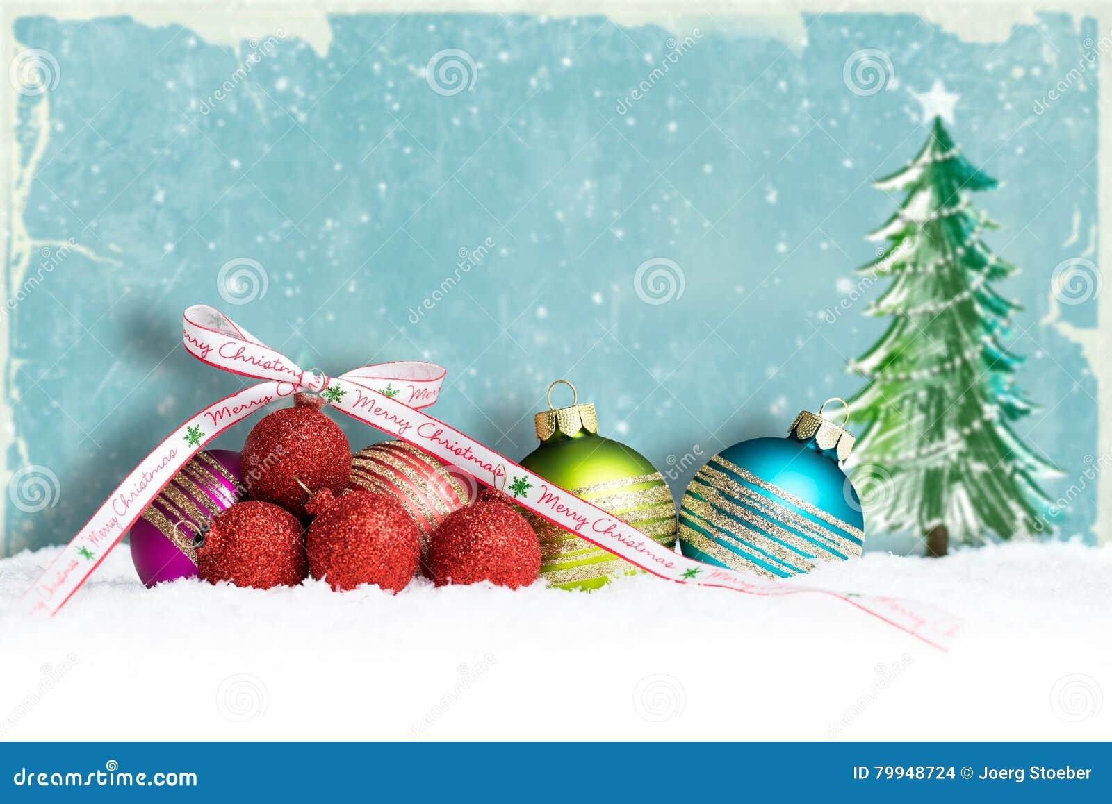 W śniegu bożenarodzeniowe piłki