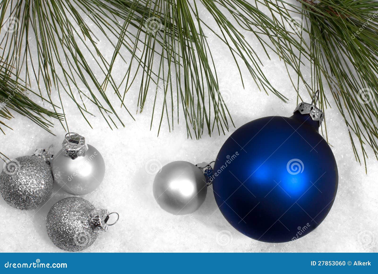 W śniegu srebni i błękitny Bożenarodzeniowi ornamenty