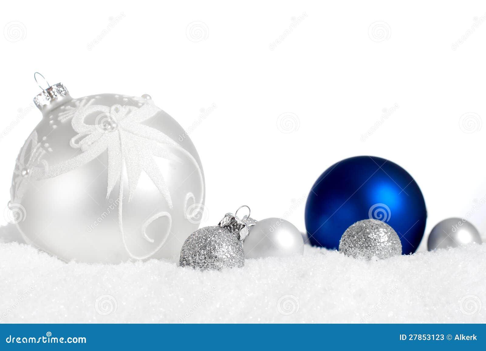 W śniegu srebni i błękitny ornamenty