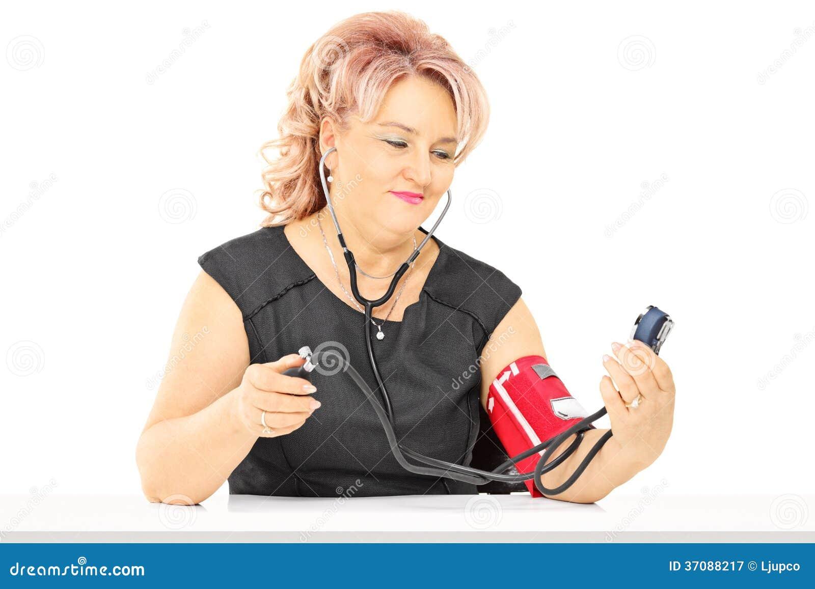Download W średnim Wieku Kobiety Pomiarowy Ciśnienie Krwi Obraz Stock - Obraz złożonej z medyczny, zdrowy: 37088217