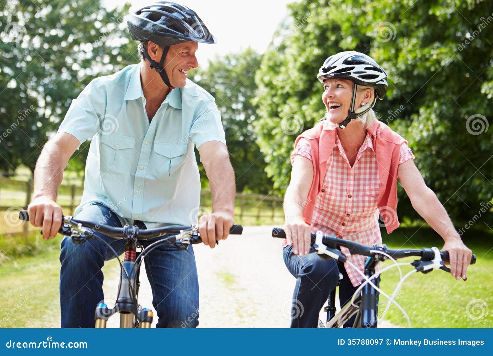 W Średnim Wieku para Cieszy się kraju cyklu przejażdżkę Wpólnie