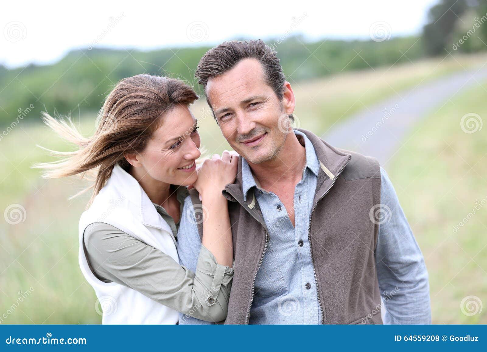 W średnim wieku para czuje szczęśliwego odprowadzenie w wsi