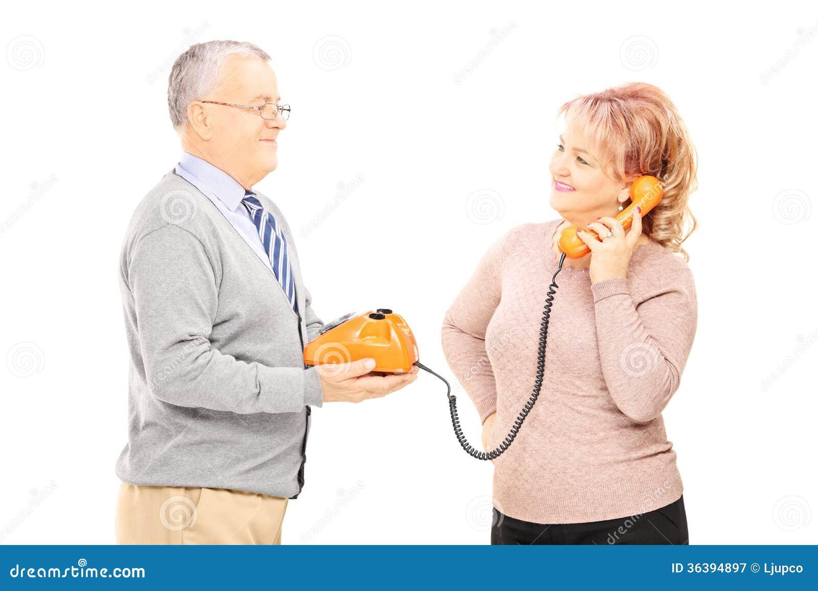 W średnim wieku para używa starego telefon