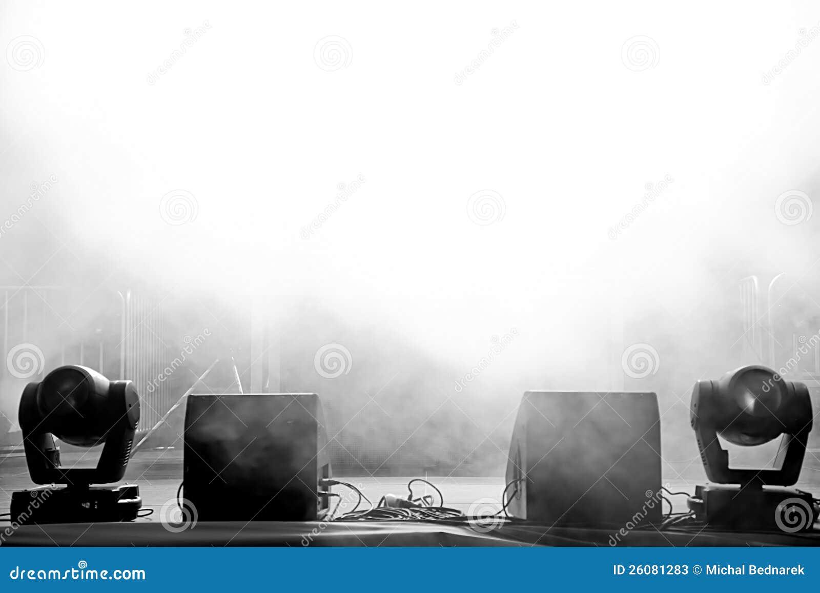 W świetle pusta koncertowa scena