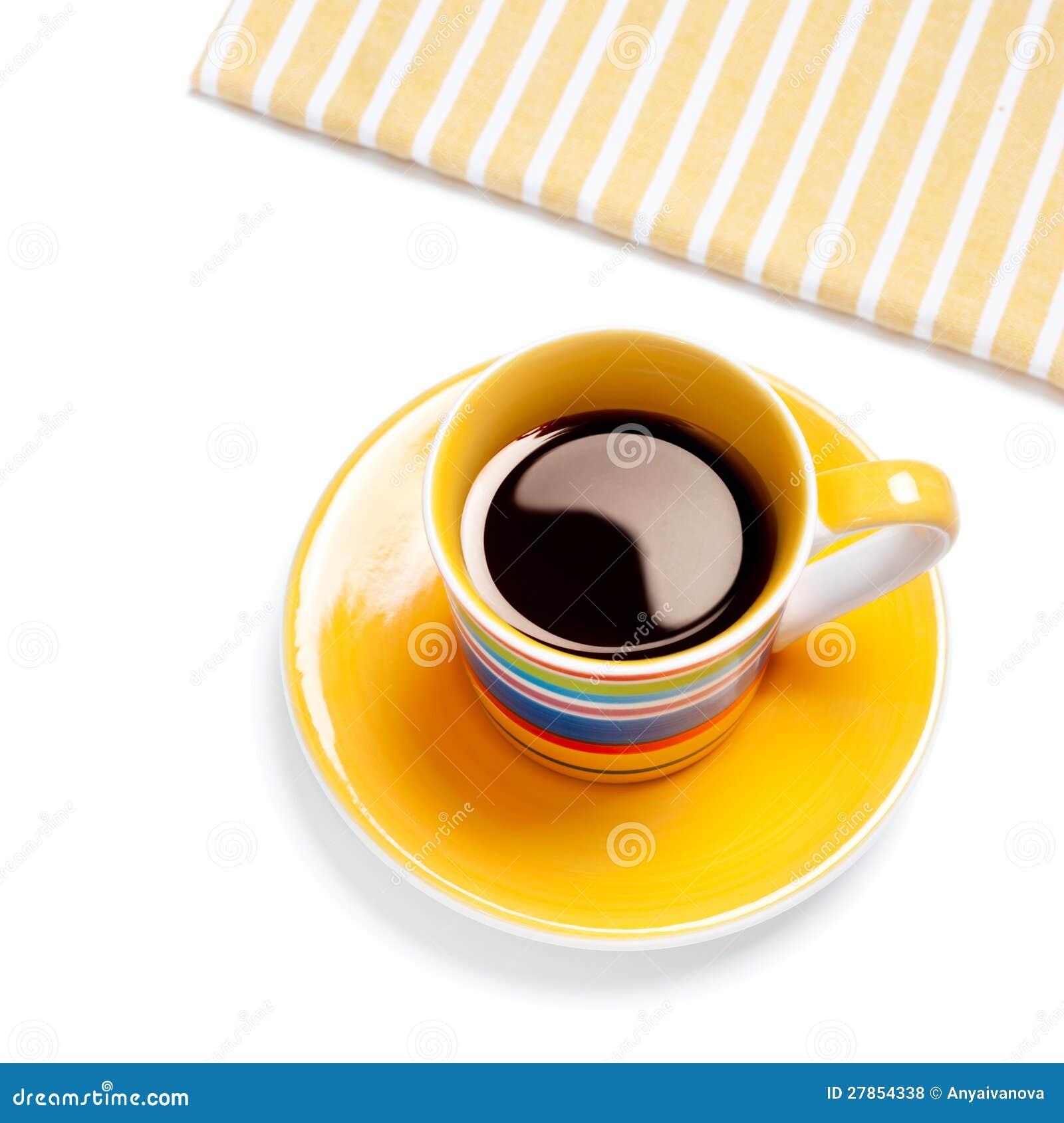 W żółtej filiżance czarny kawa