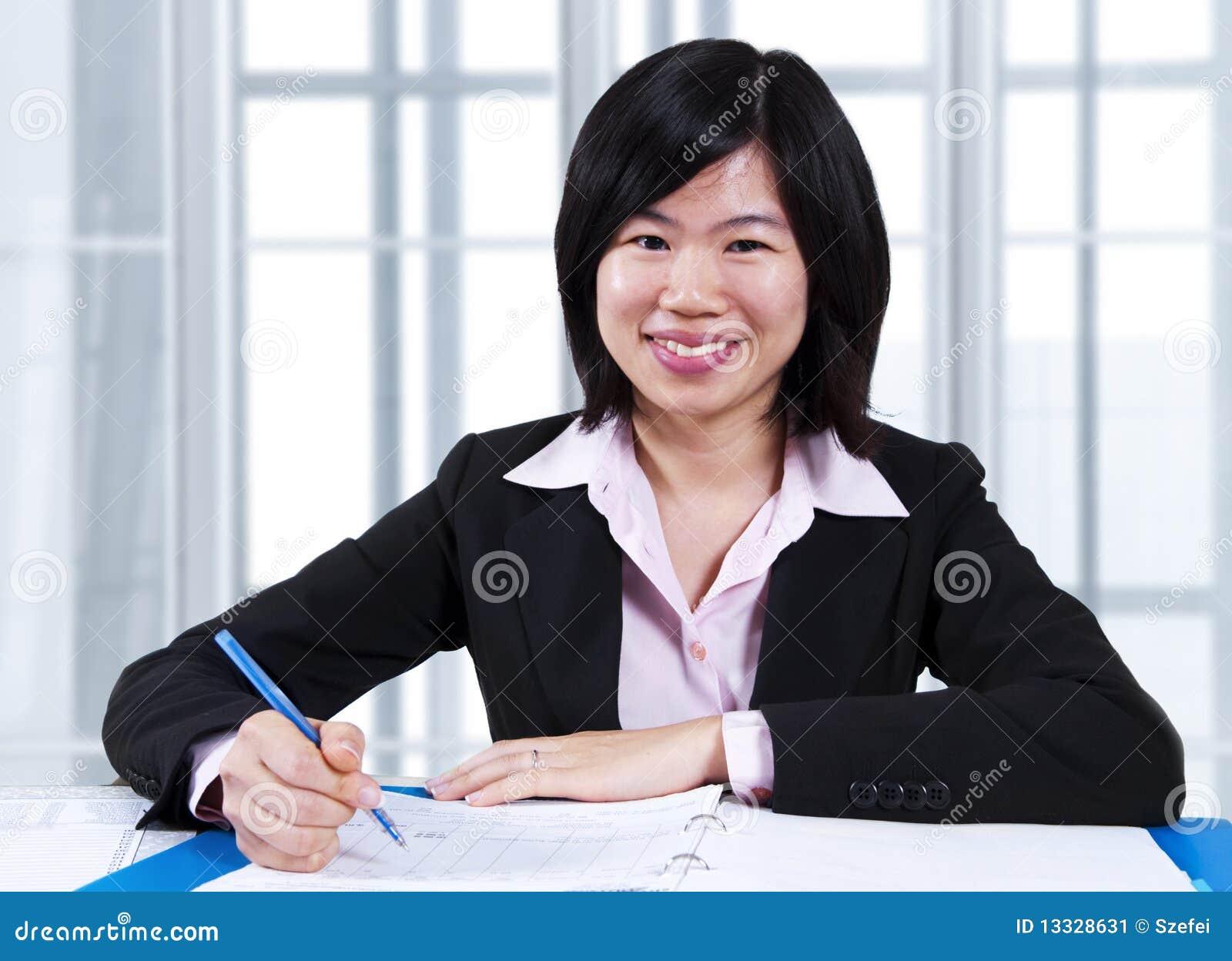 W biurze kobiety azjatycki działanie