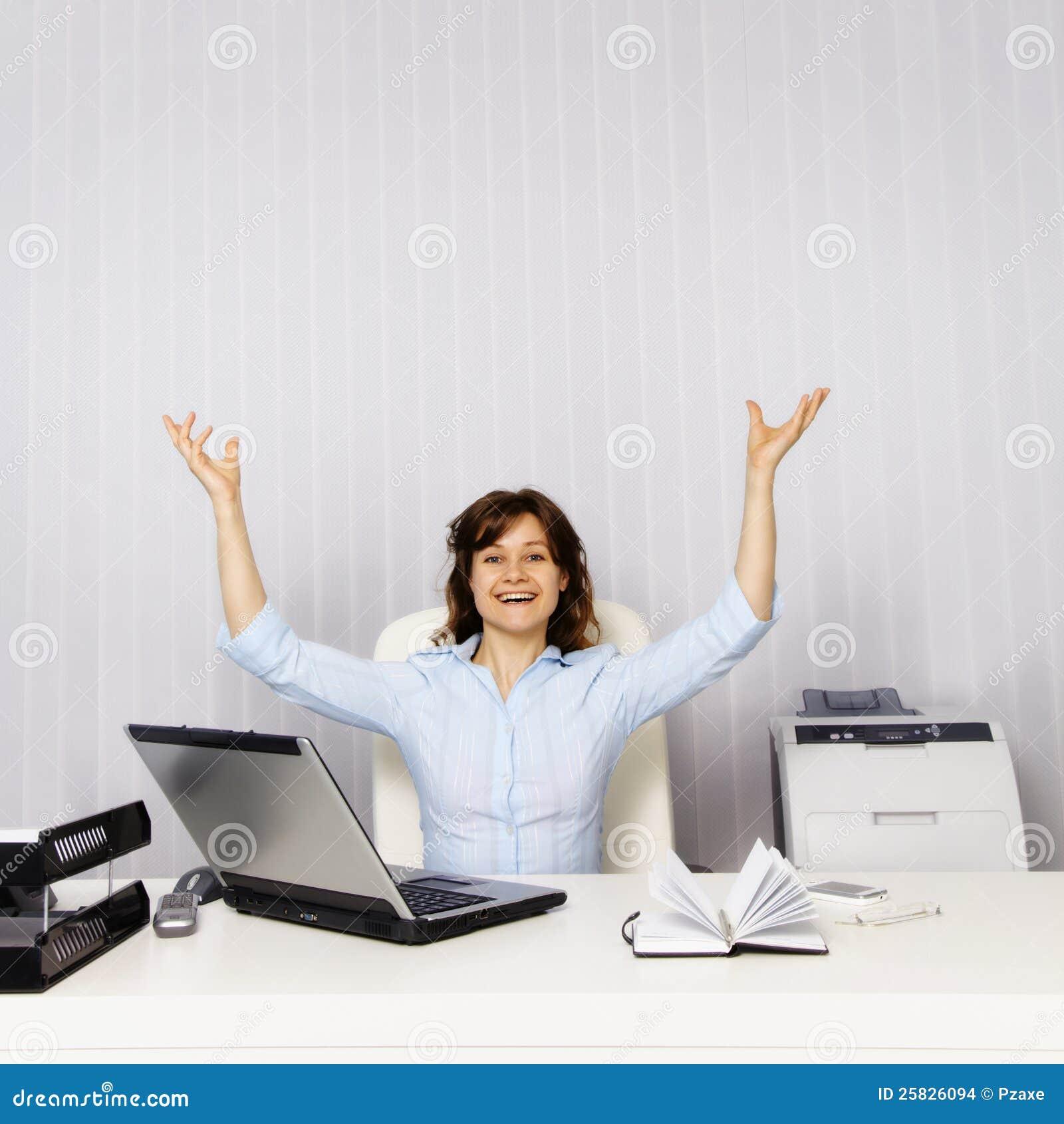 W biurze szczęśliwa kobieta