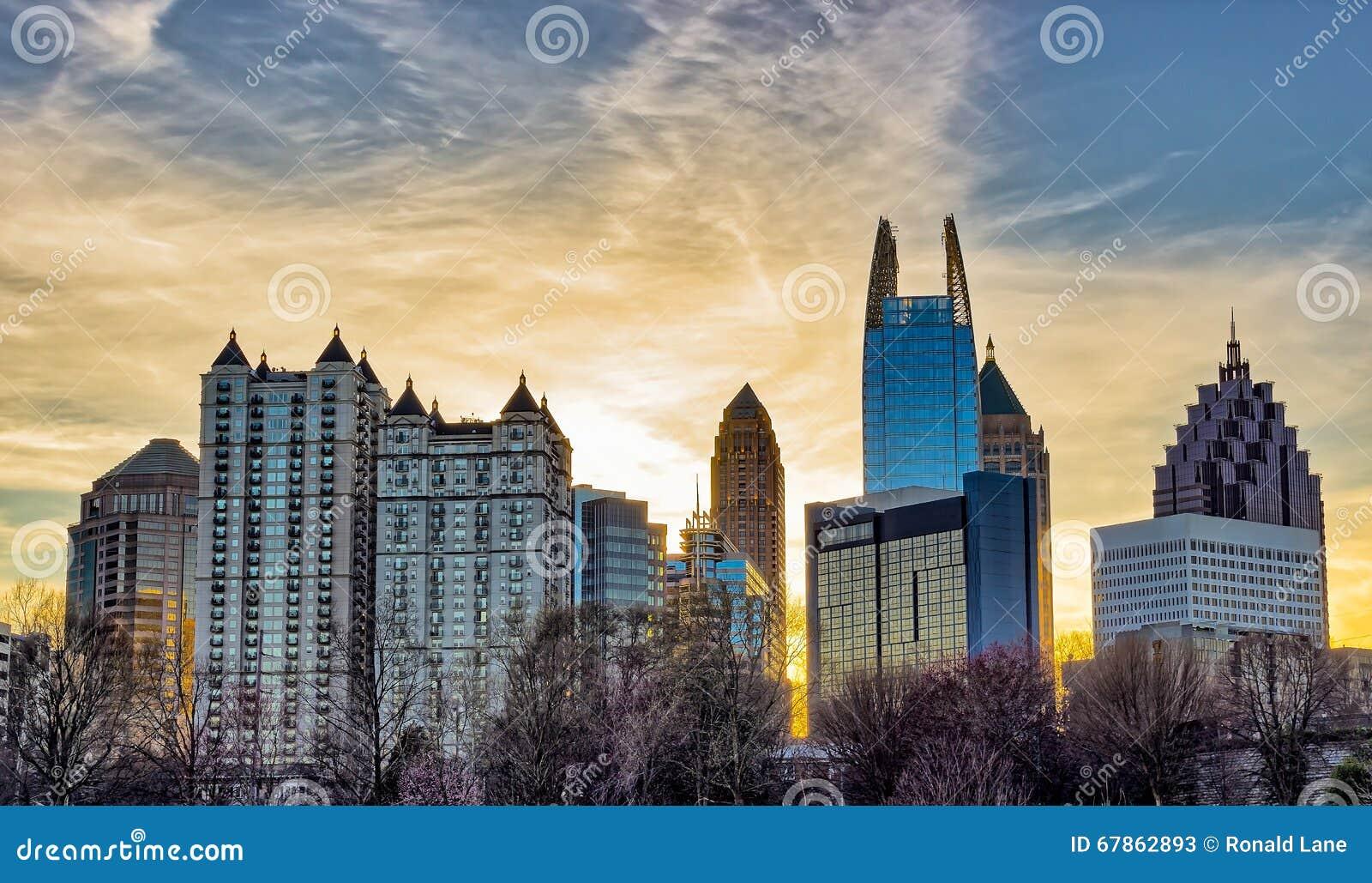 W centrum Atlanta zmierzch z budynkami w przedpolu