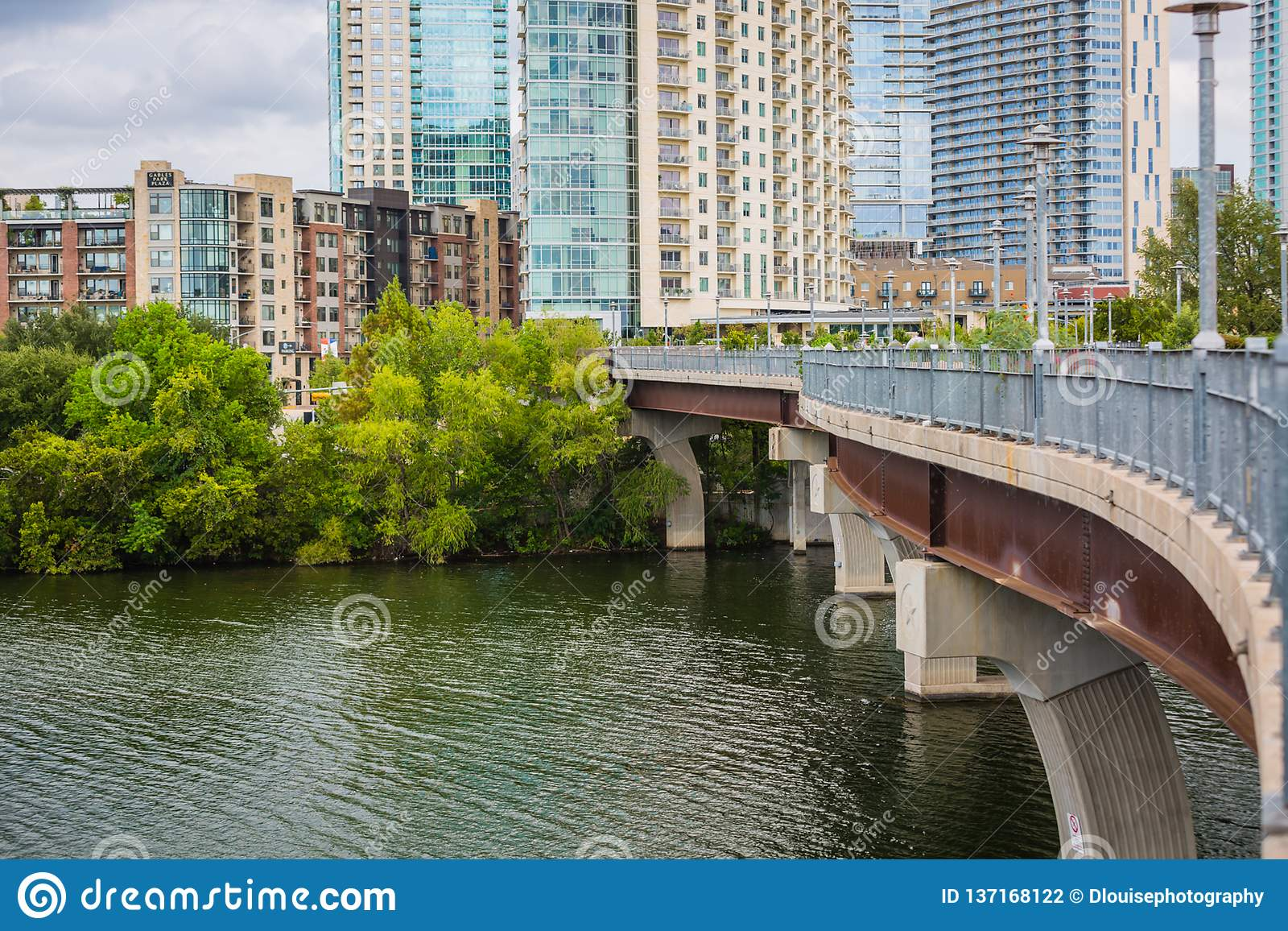 W centrum Austin na Pfluger Zwyczajnym moście Kolorado rzece i