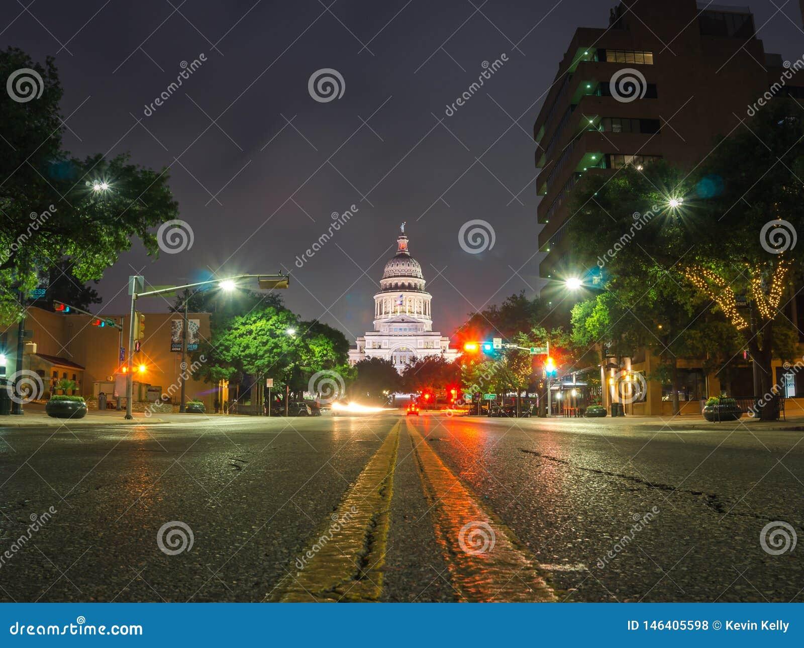 W centrum Austin Teksas przy nocy fotografią