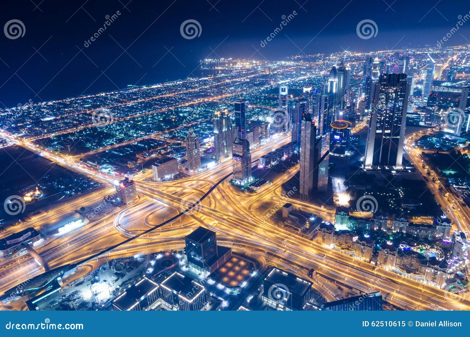 W centrum Dubai futurystycznego miasta neonowi światła i sheik zayed drogę
