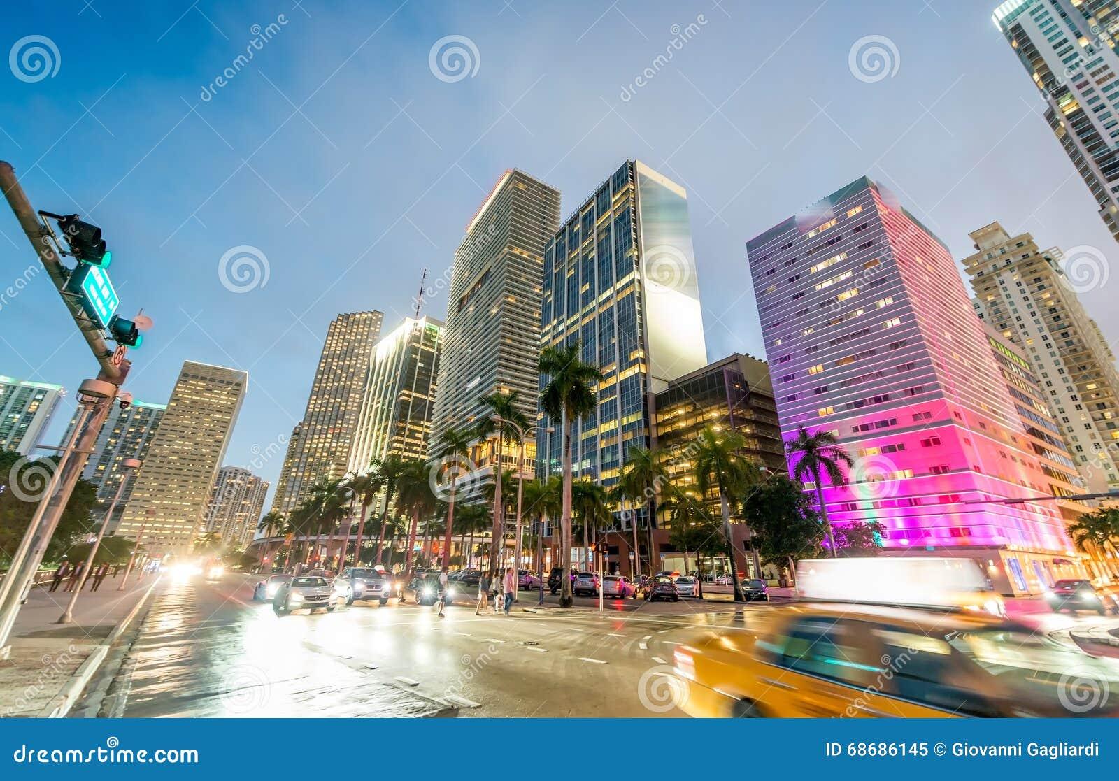 W centrum półmrok Miami Miasto budynki przeciw niebu