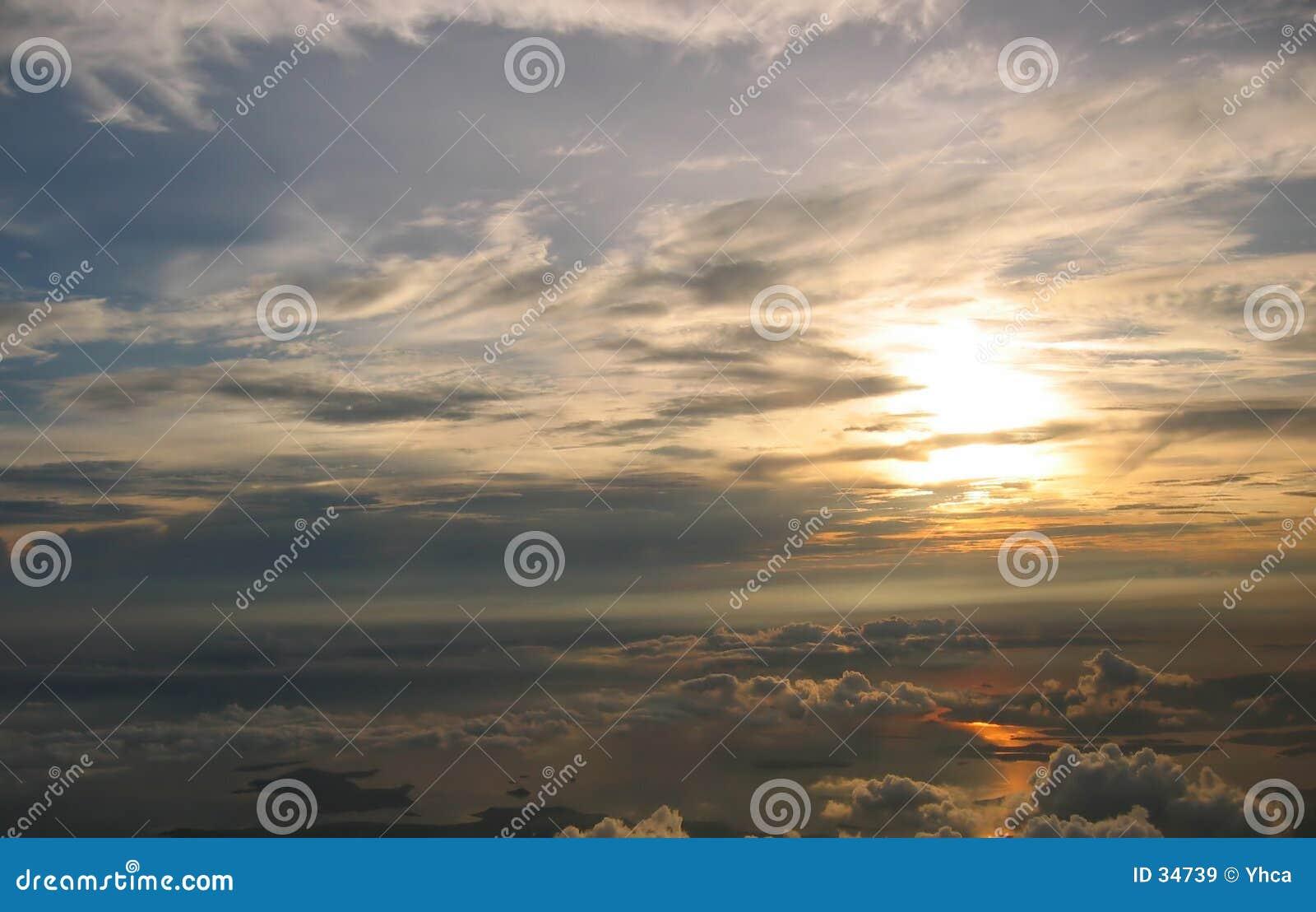 W cloudscape wschodem słońca