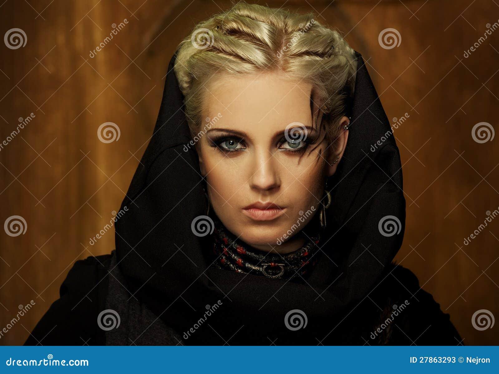 W czarny kapiszonie piękna kobieta