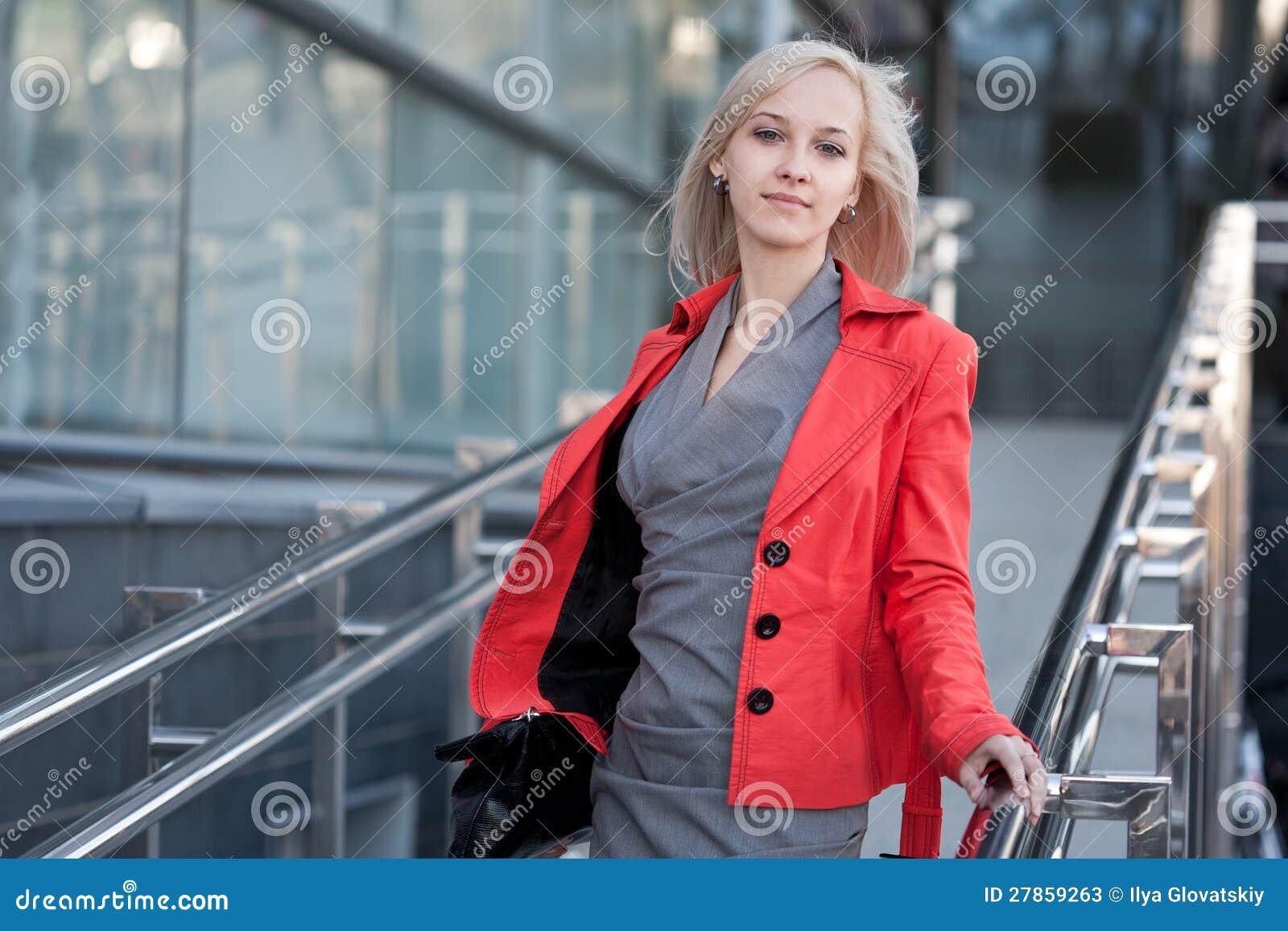 W czerwonej kurtce piękna kobieta
