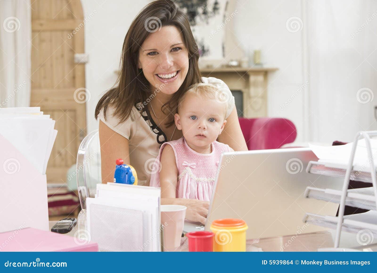 W domu dziecka matki do laptopa