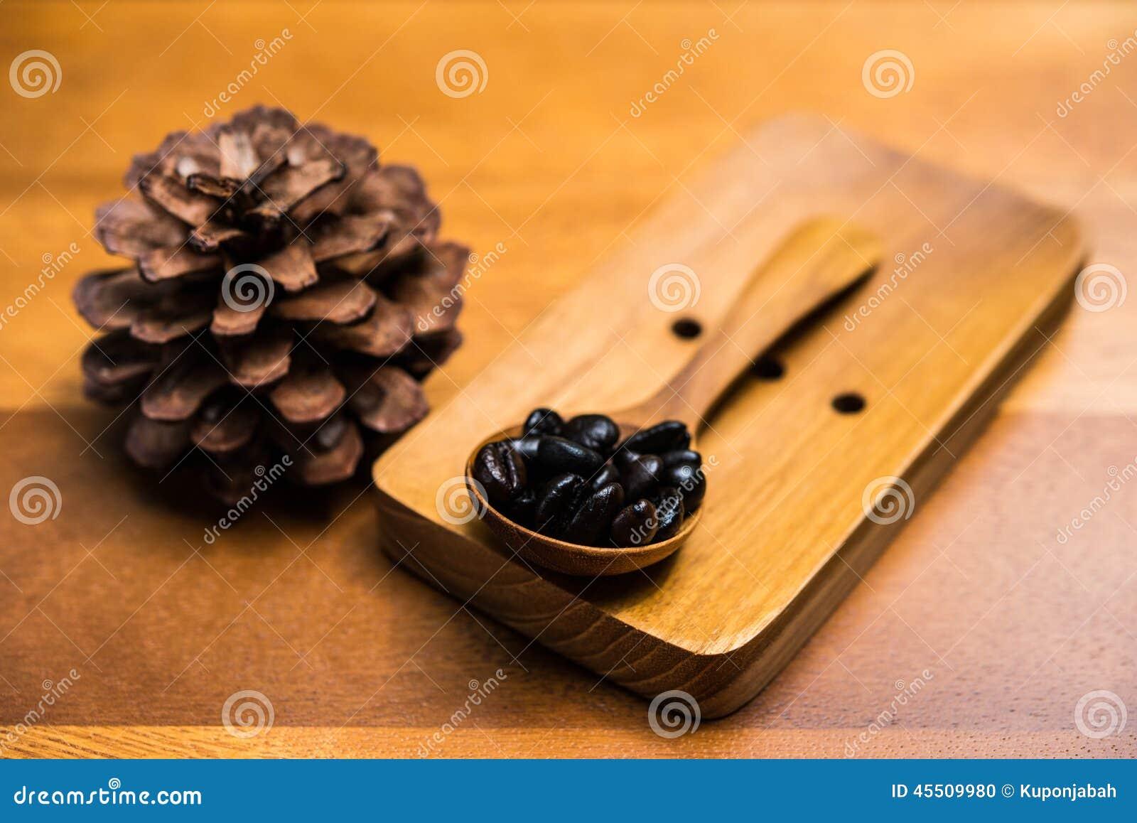 W drewnianej łyżce kawowe fasole