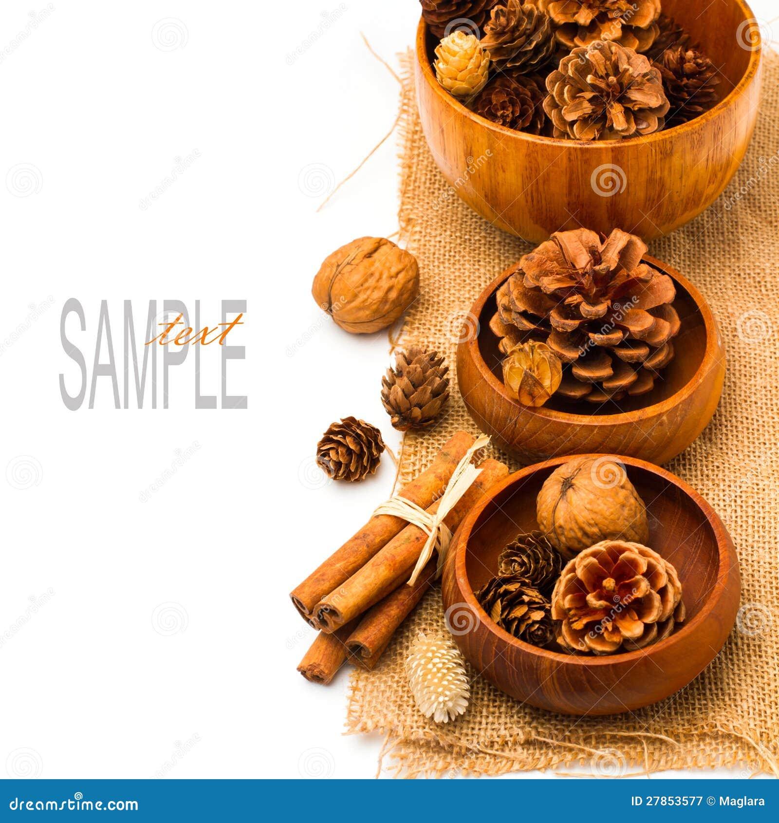 W drewnianych pucharach bożenarodzeniowe sosnowe kukurydzane dekoracje