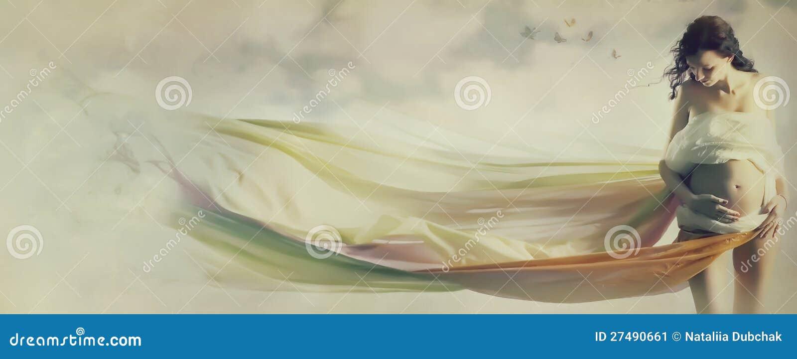 W falowanie tkaninie piękny kobieta w ciąży