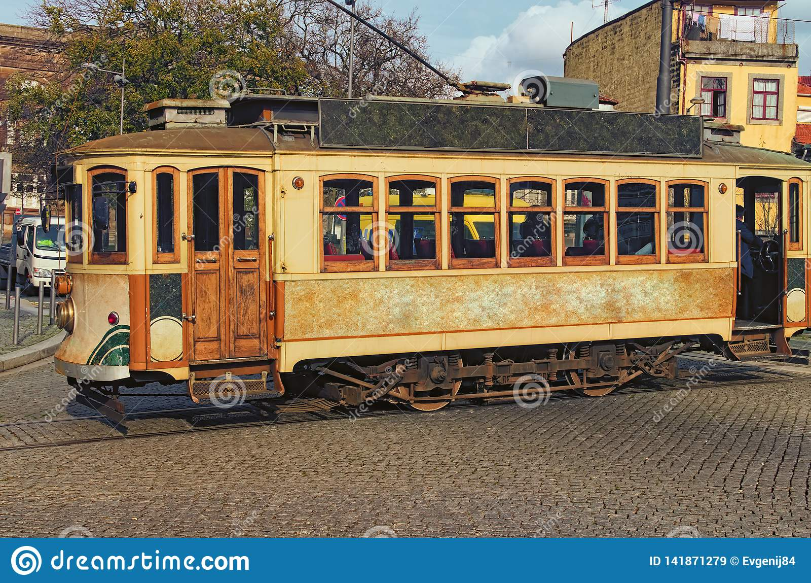 W górę fotografii dziejowy rocznik ulicy tramwaj Ja jest jeden symbole Porto