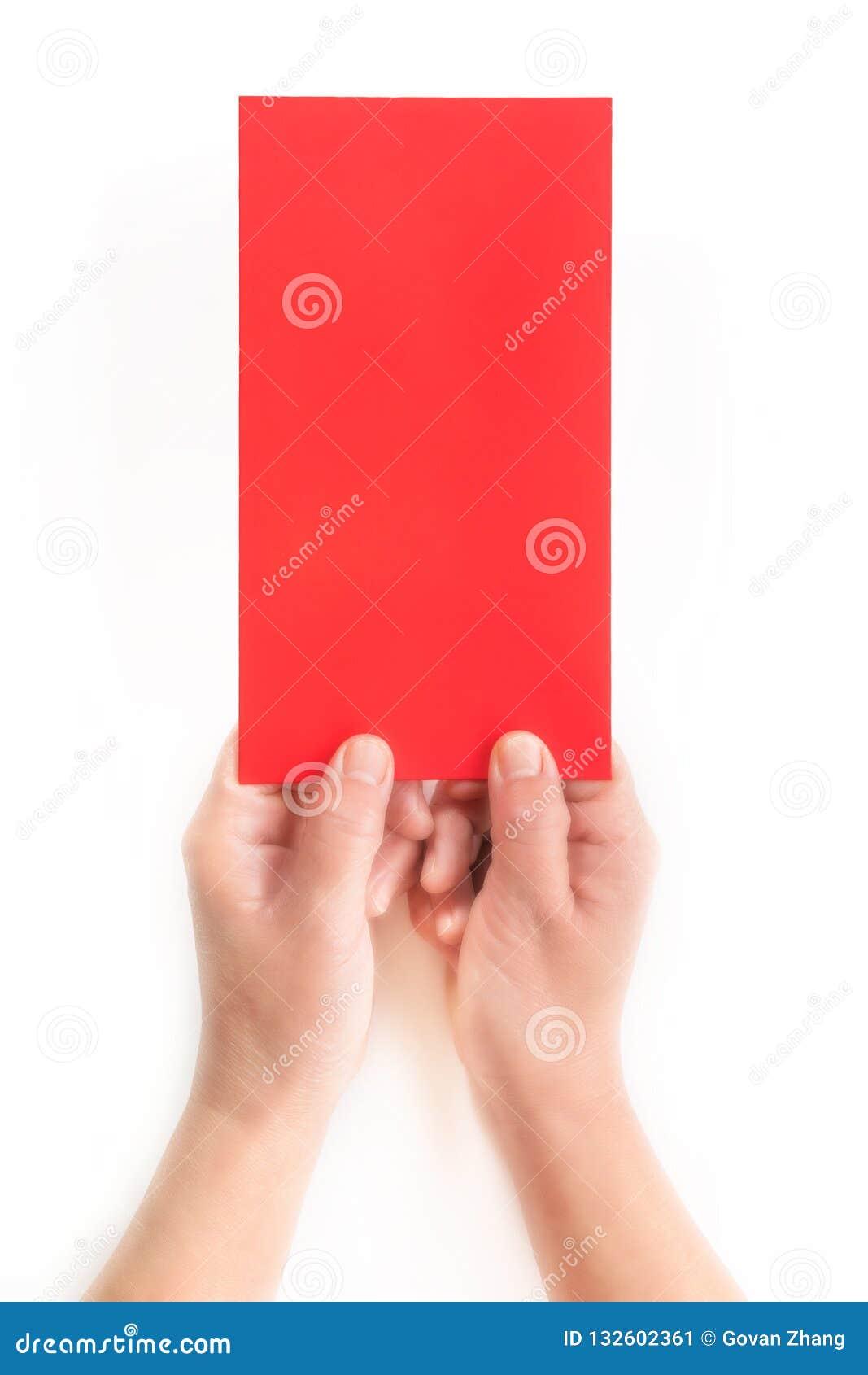 A w górę czerwonej kopertowej czerwonej kartki w białym tle w jeden ręce