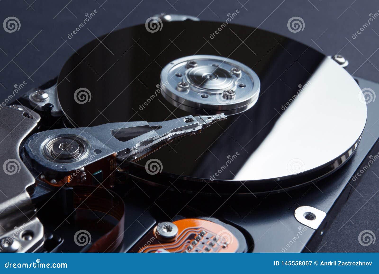A w górę czytelnicza głowa dzwoni odzwierciedlający magnesowy dysk Pojęcie gubić cyfrowych dane na komputerze