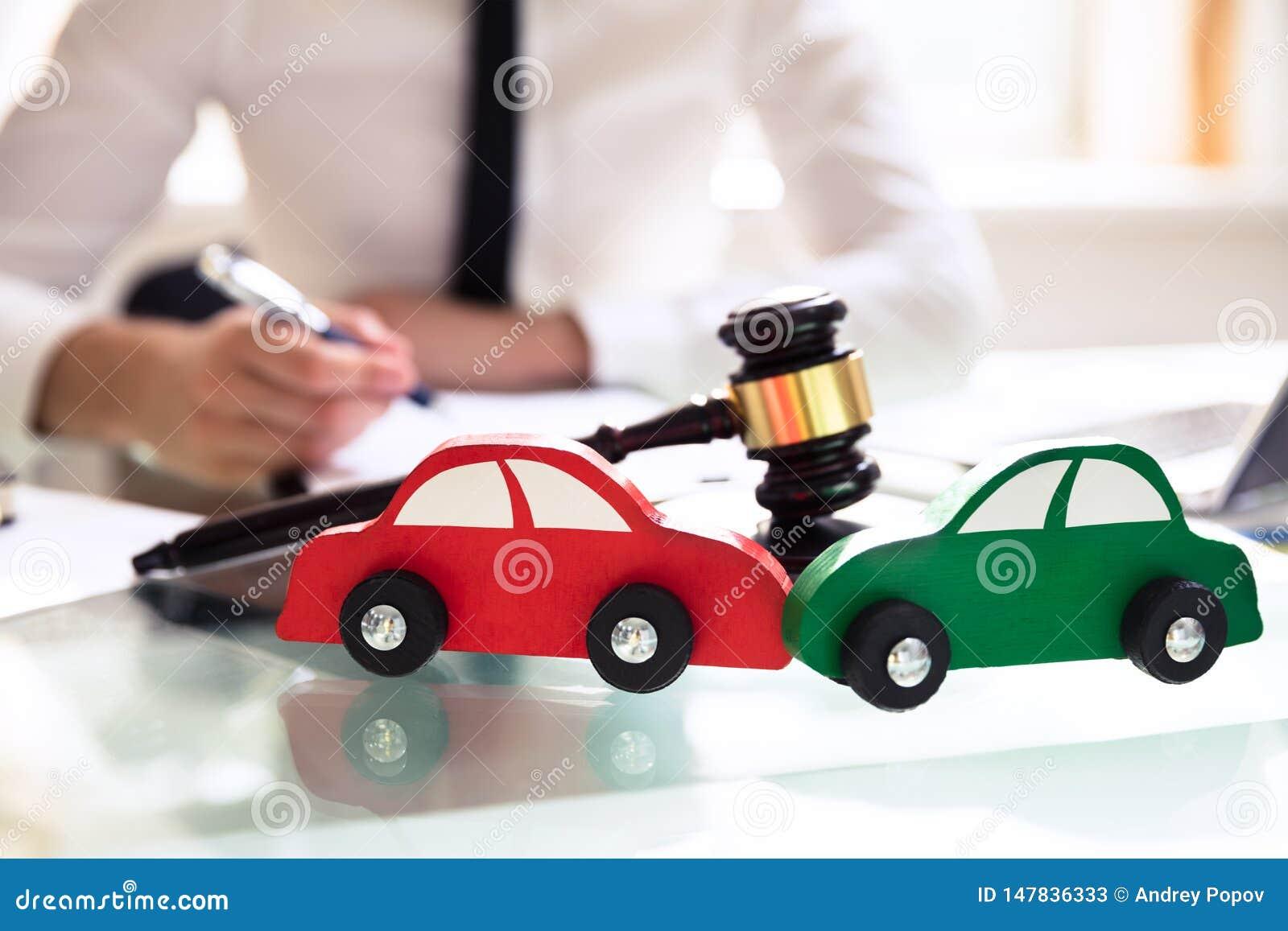 W górę Drewnianego rewolucjonistki I zieleni samochodu