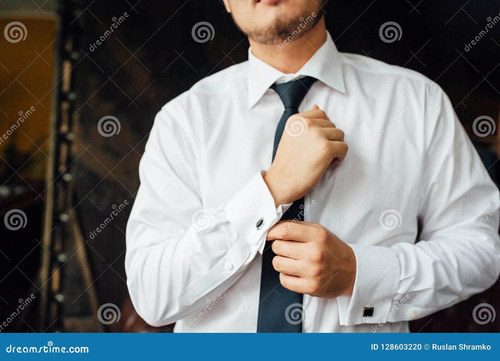 W górę mężczyzny załatwia jego rocznika cufflink w tux fornala łęku krawata cufflinks