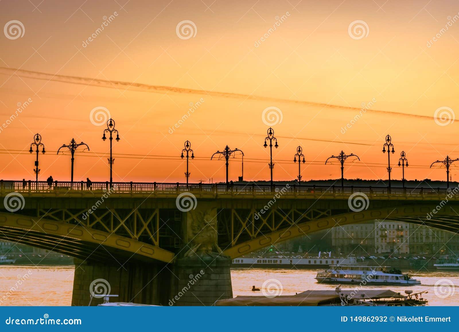 W górę Margaret mostu w Budapest przy zmierzchem