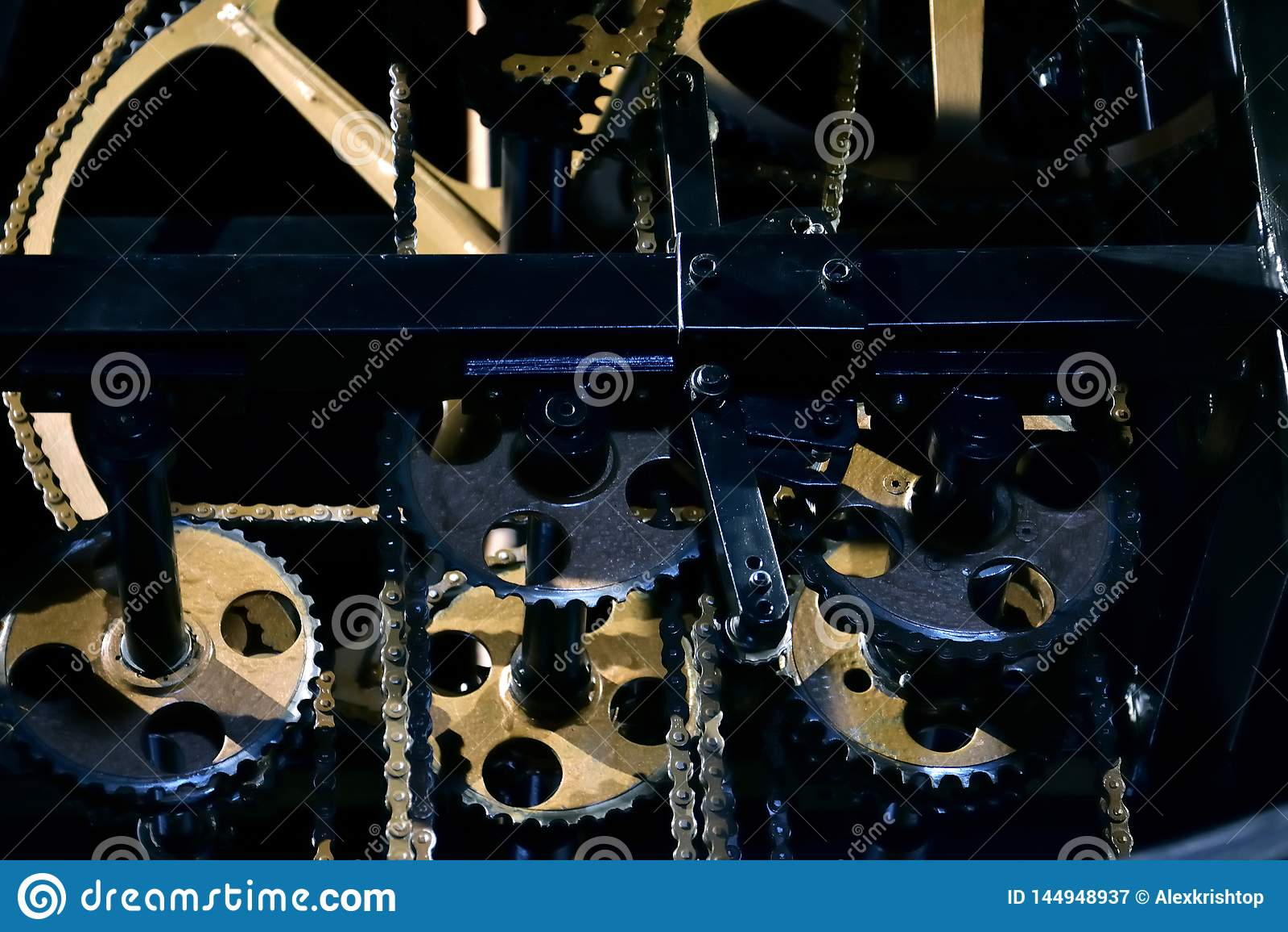 W górę otwartego mechanizmu rocznika zegar z złotymi przekładni kołami, łańcuchami i