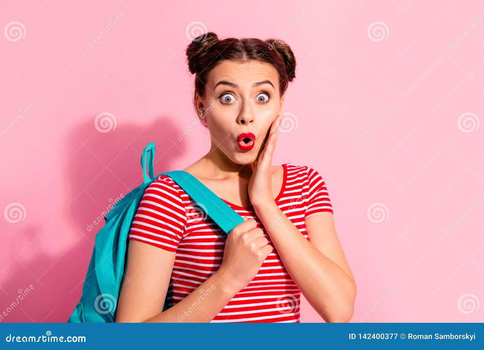 W górę portreta ona ona ładna śliczna czaruje atrakcyjna wspaniała urocza winsome dziewczyna jest ubranym pasiastego koszulki błę