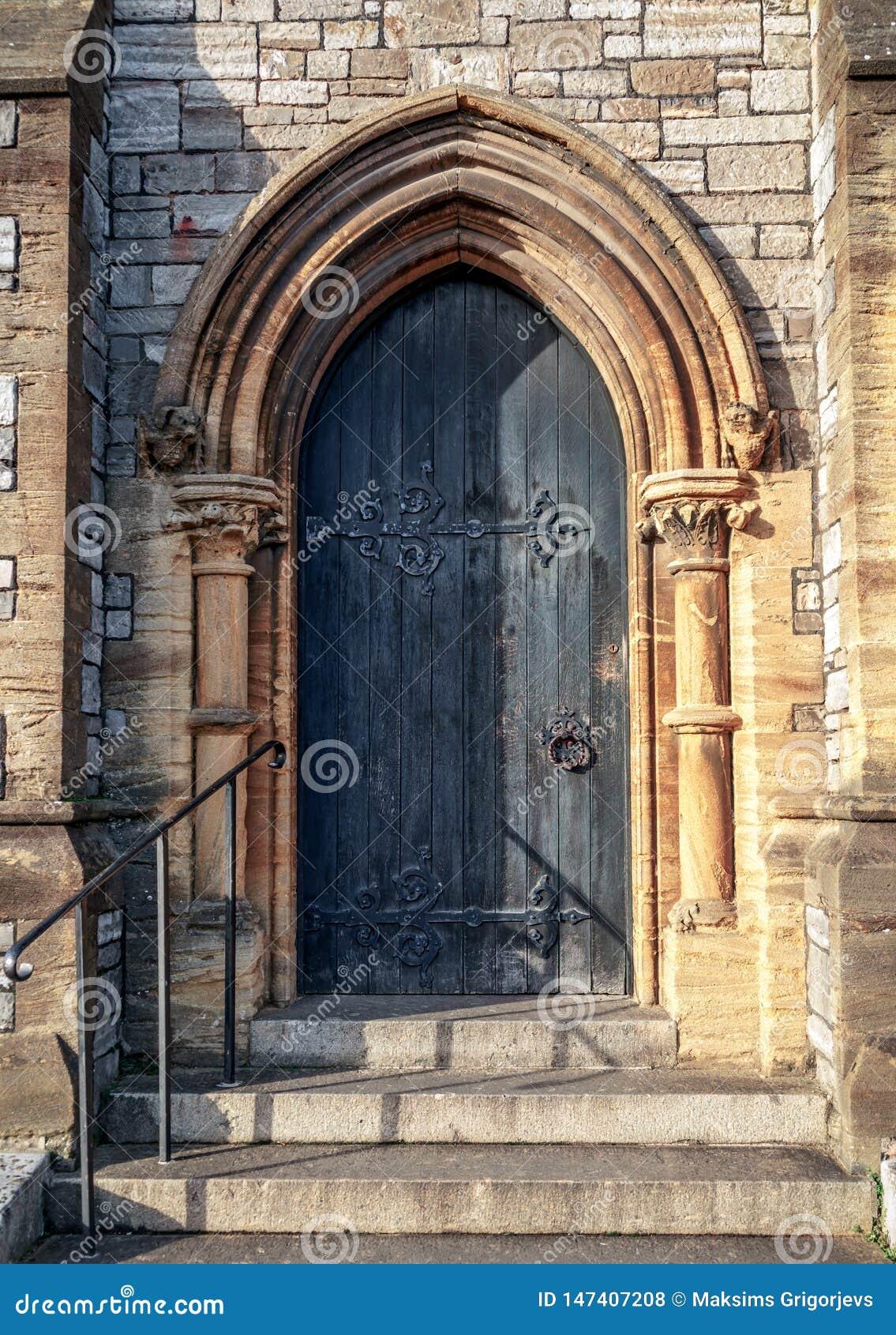 W g?r? tradycyjnego gothic ?redniowiecznego drewnianego wej?ciowego drzwi sposobu z antycznym ceglanym ?ukiem