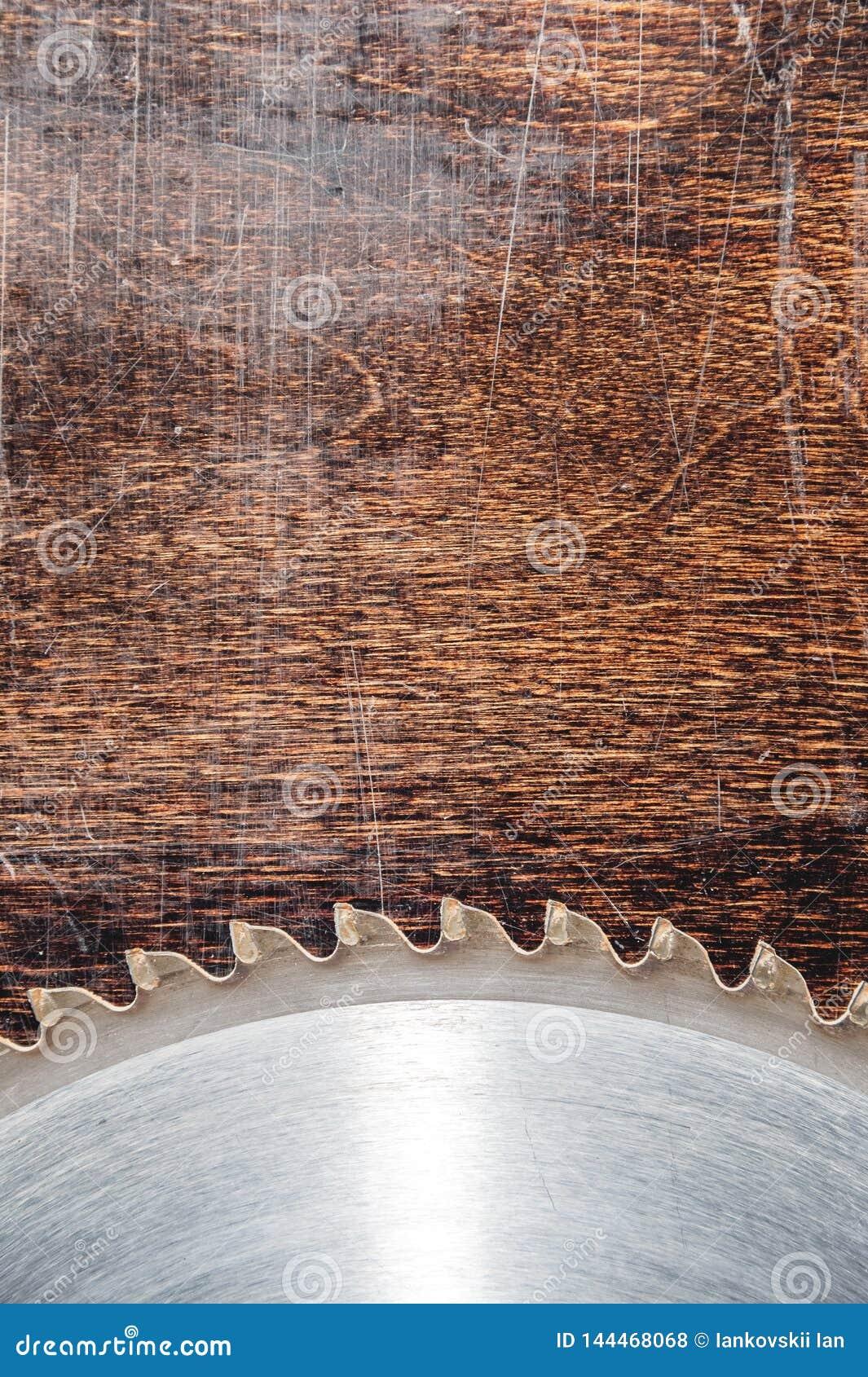 W górę używać ostrza kurenda zobaczył na tle drewniany stół Warsztat dla produkcji drewniani produkty