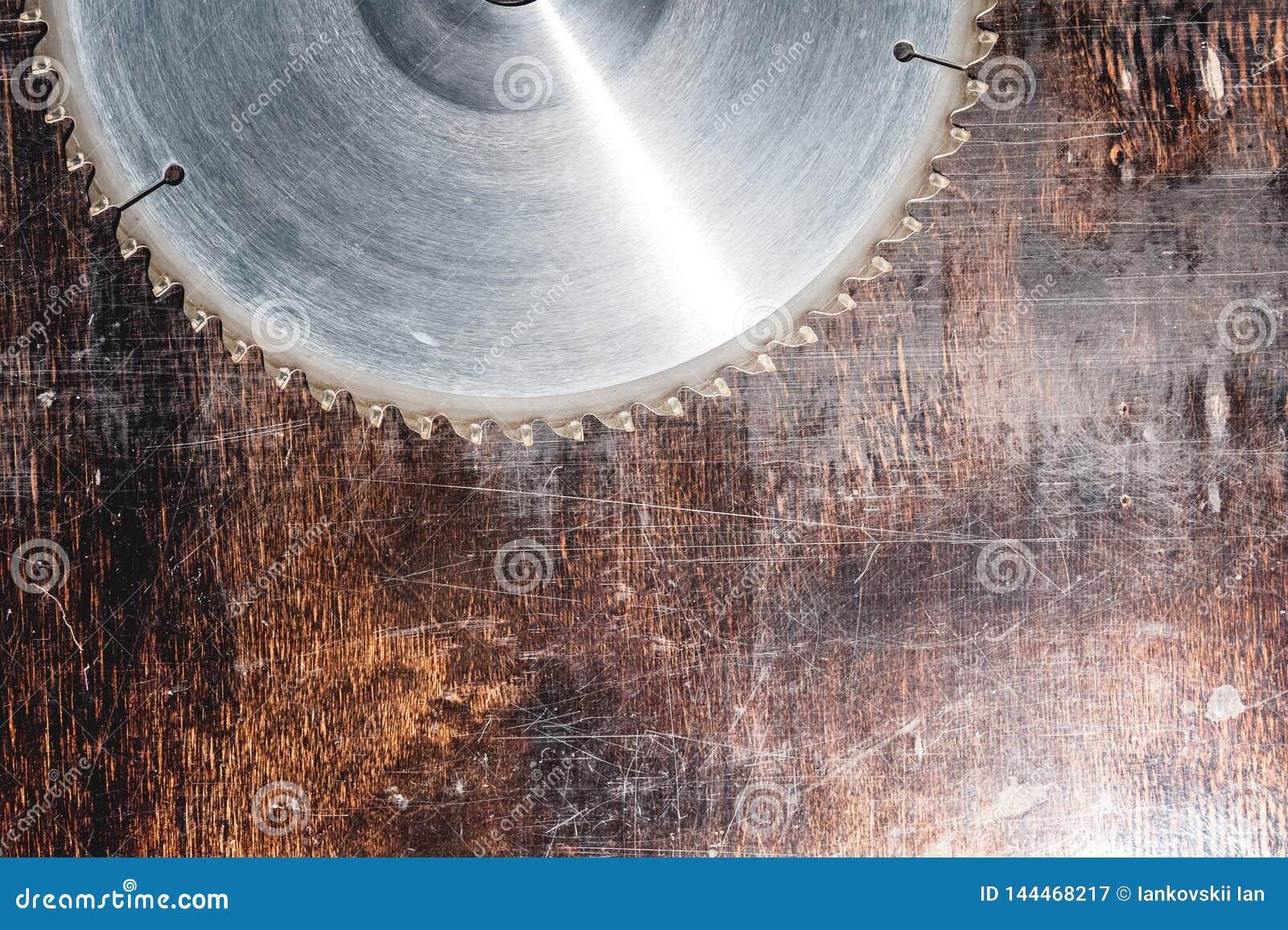 W górę używać ostrza kurenda zobaczył na tle drewniany stołowy Verscak Warsztat dla produkcji drewniany