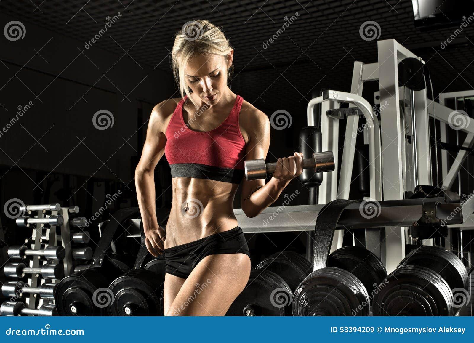 W gym sprawności fizycznej dziewczyna