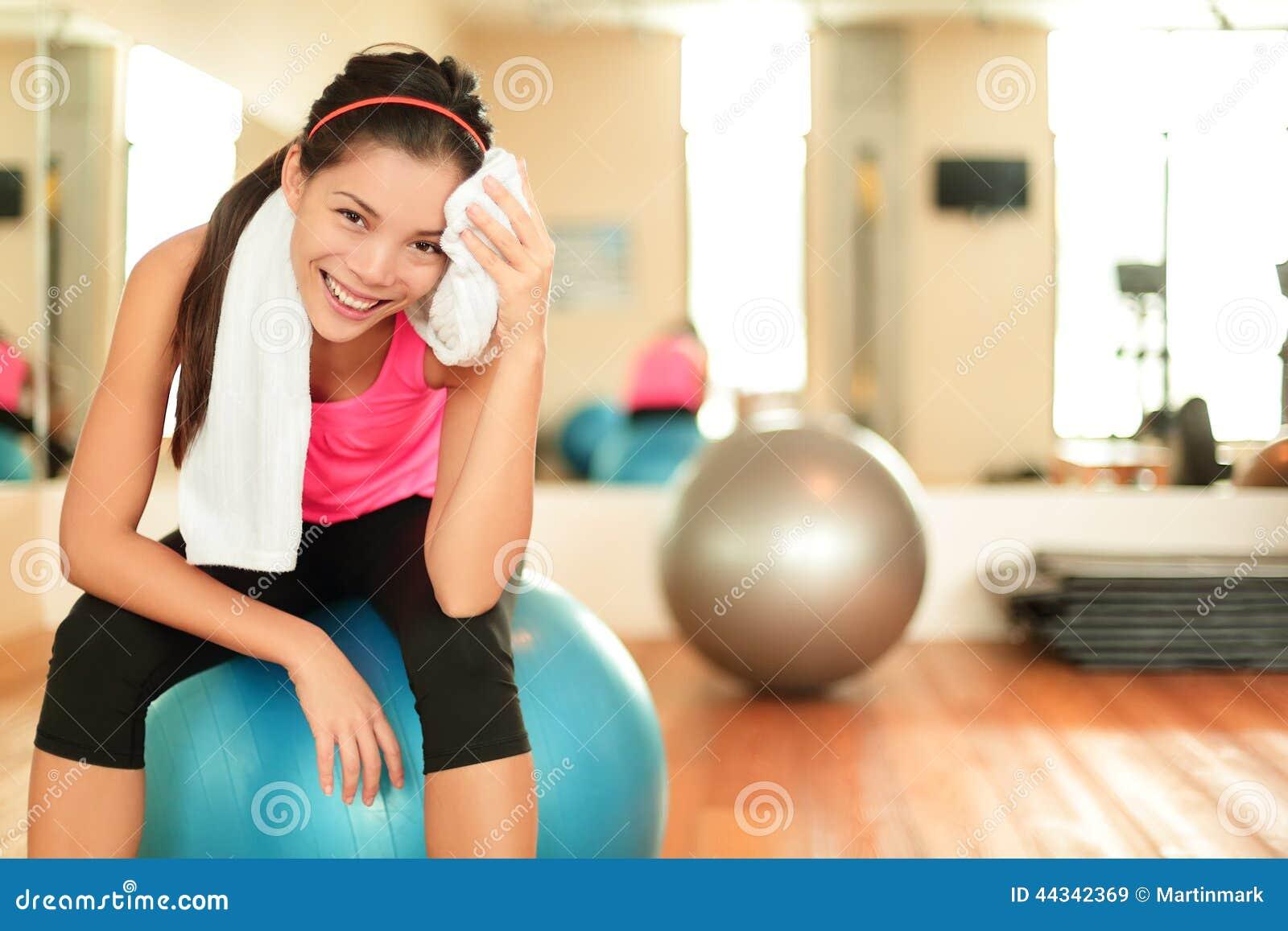 W gym sprawności fizycznej kobieta