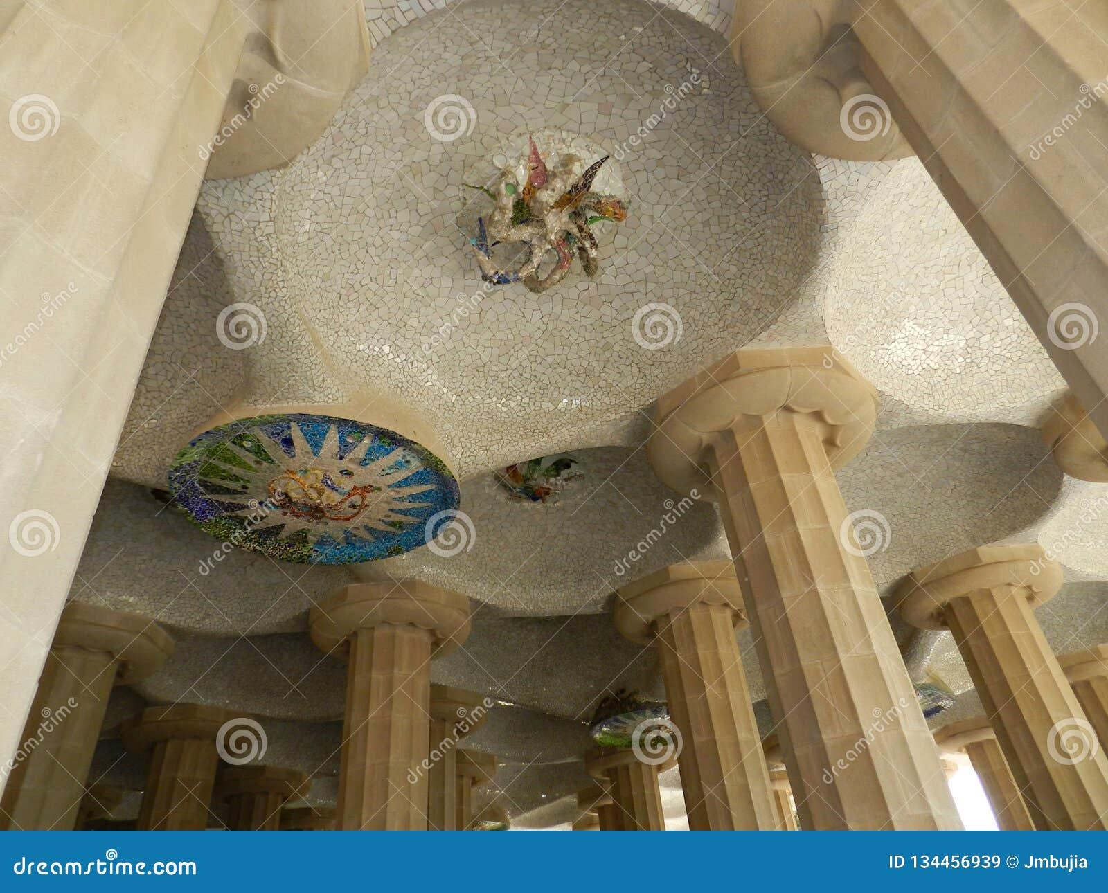 W Hiszpanii Parkowi Guell szczegóły, kolumny i dekoracja,