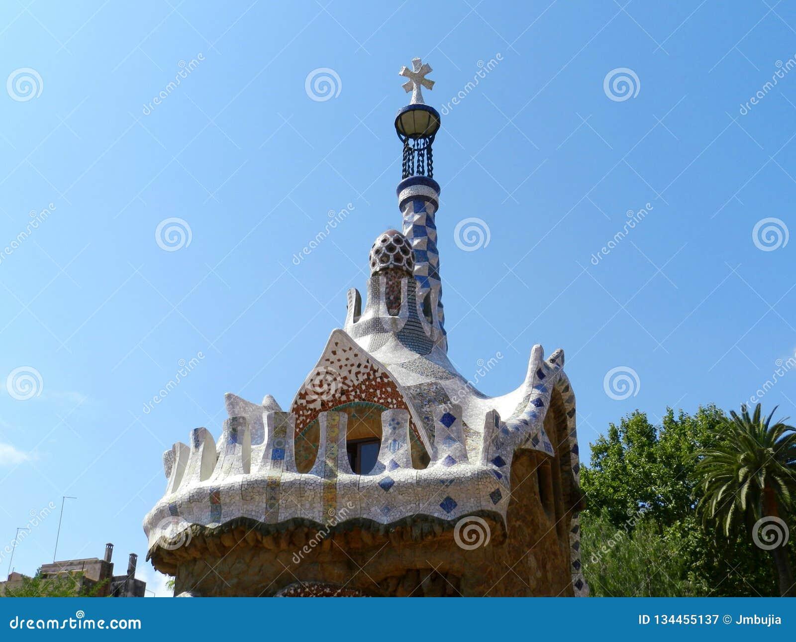 W Hiszpanii Parkowy Guell, drzewa i niebieskie niebo, słoneczny dzień