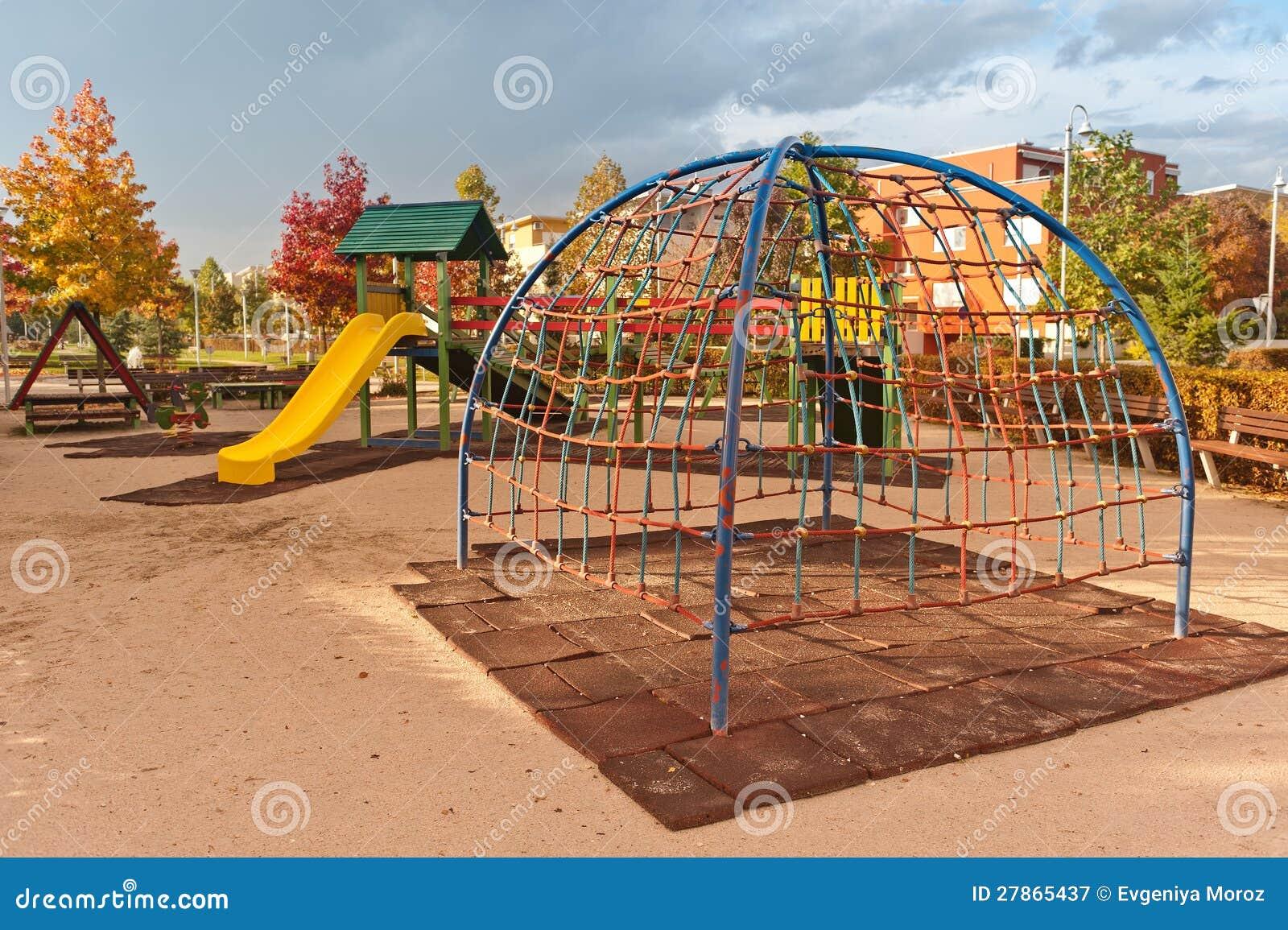 W jesień miastowym parku dzieciaka boisko