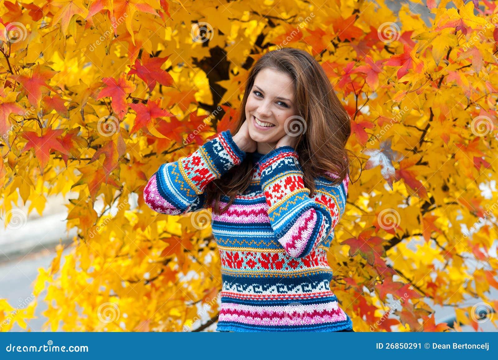 W jesień nastoletnia dziewczyna