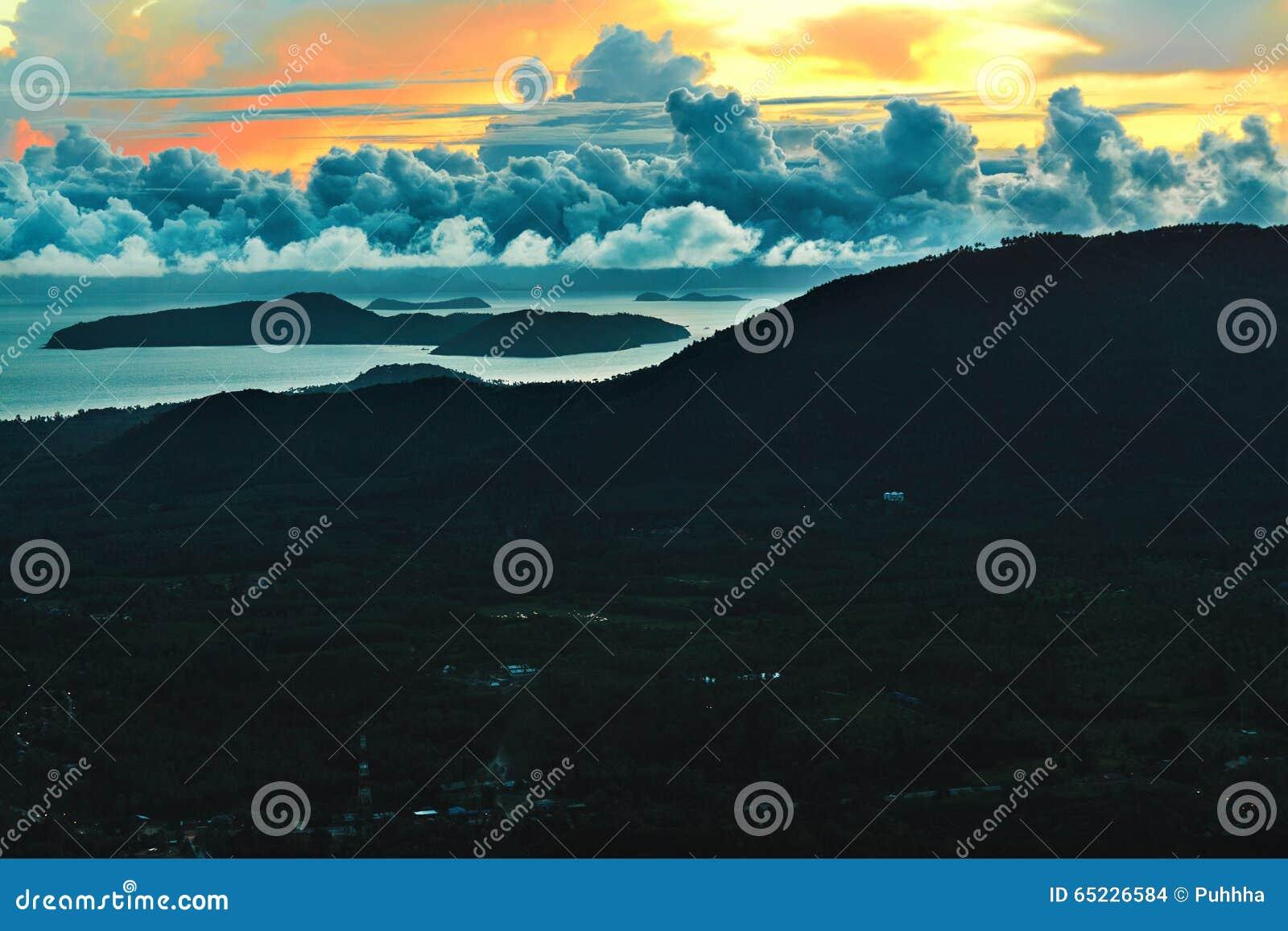W kontekście niebieskie chmury odpowiadają trawy zielone niebo białe wispy natury Sceniczny zmierzchu krajobraz thailand target18