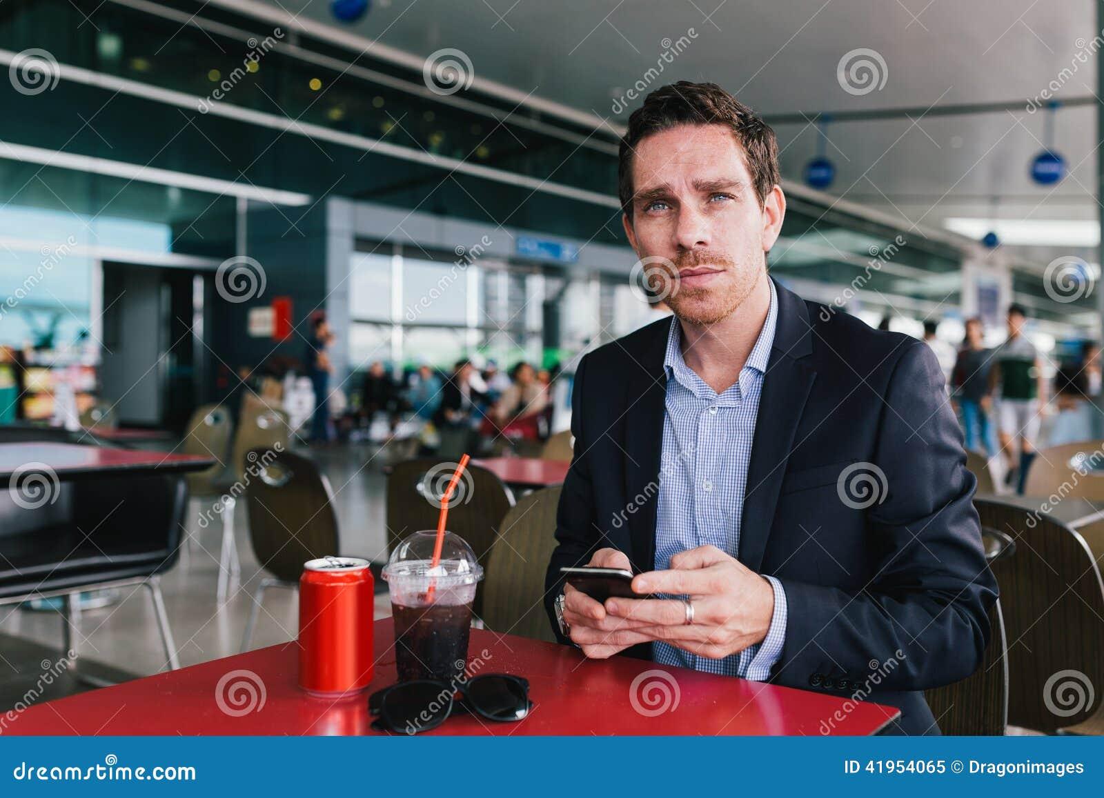 W lotniskowej kawiarni