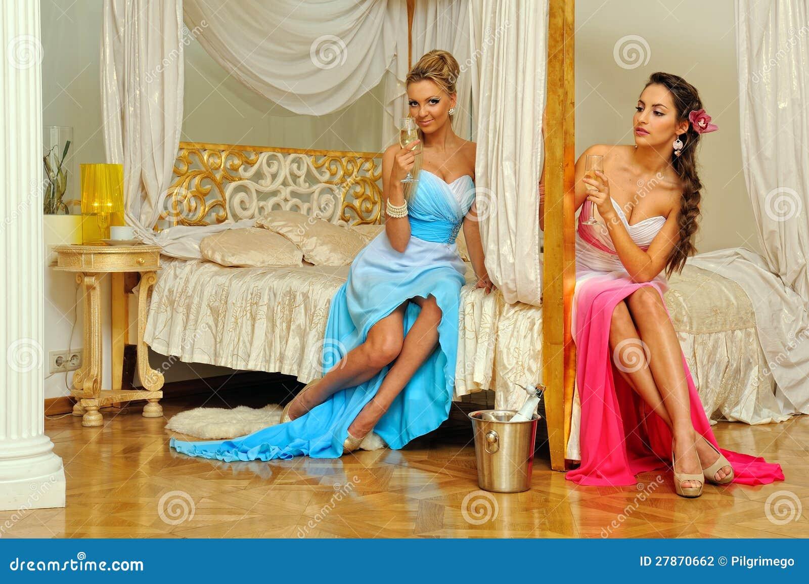 W luksusowym wnętrzu dwa pięknej kobiety.