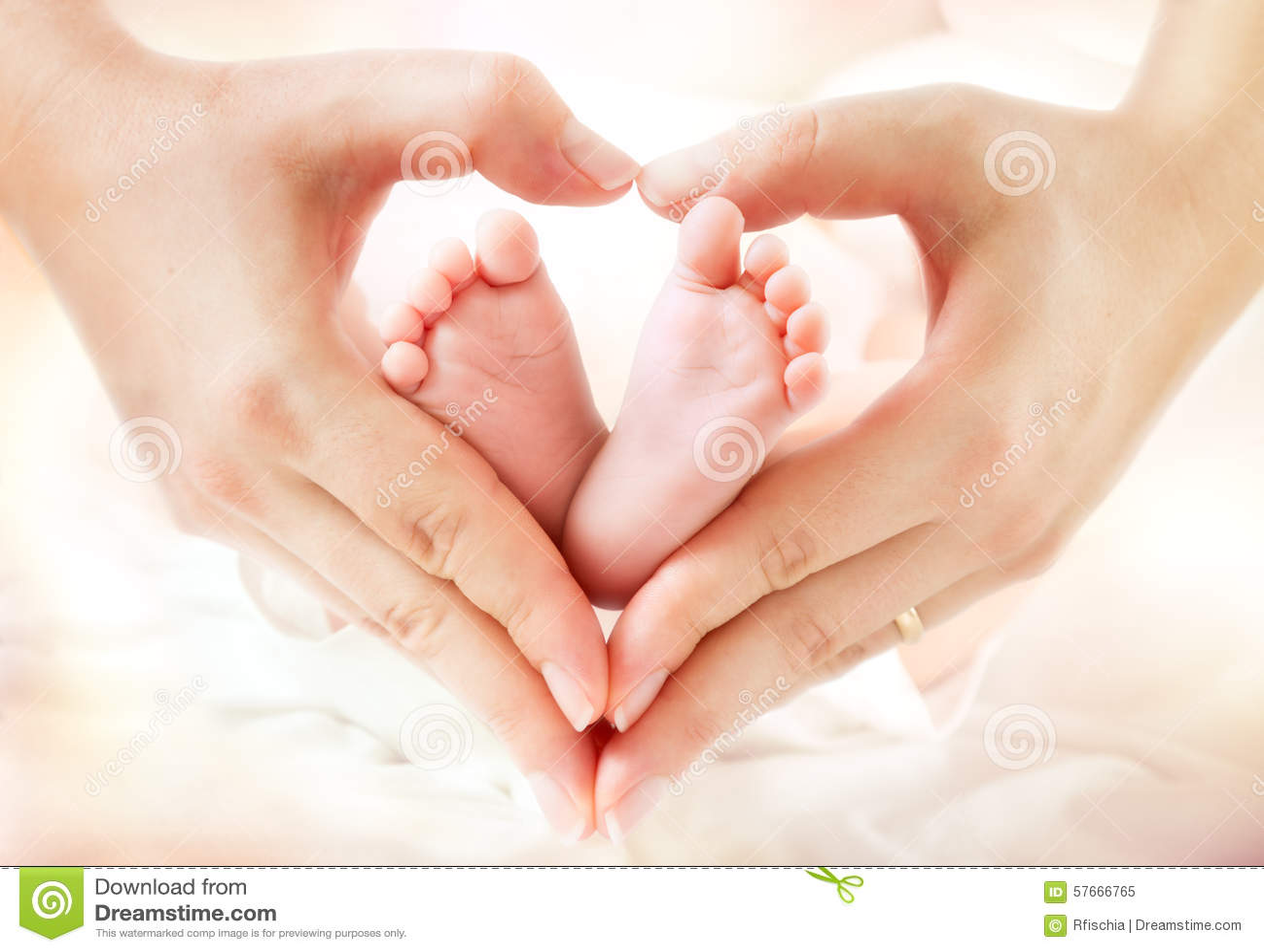 W macierzystych rękach dziecko cieki
