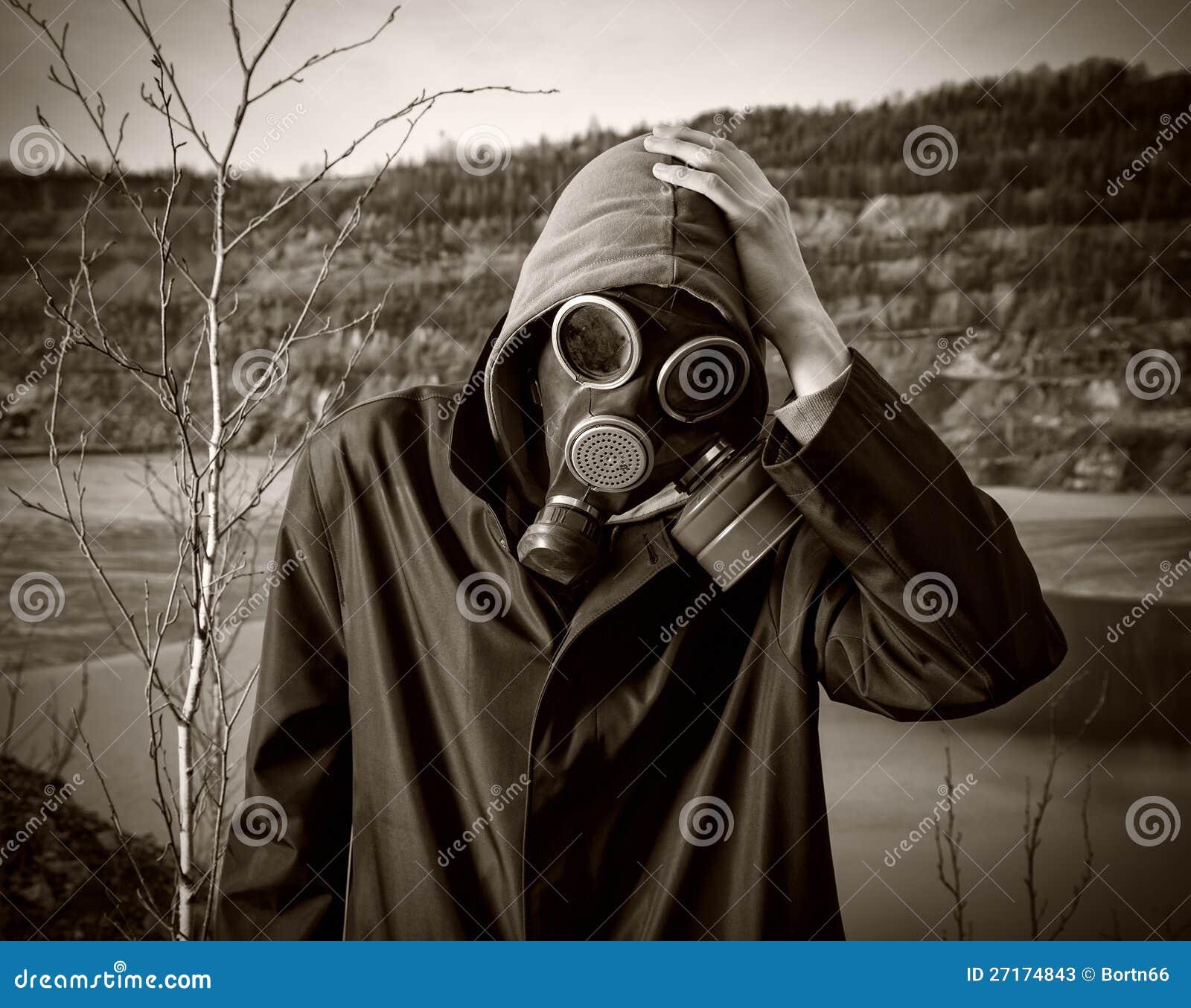 W masce gazowej mężczyzna