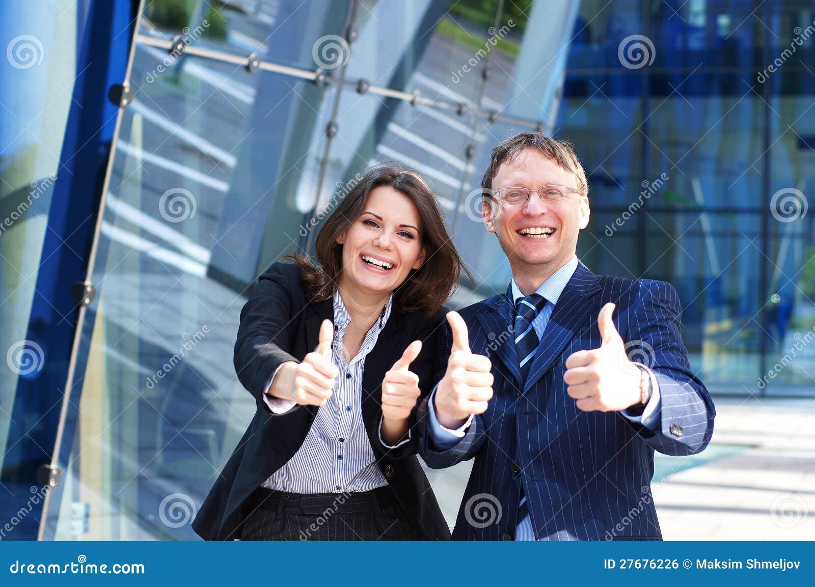W mienie formalnych odzieżowych kciukach biznesowa para